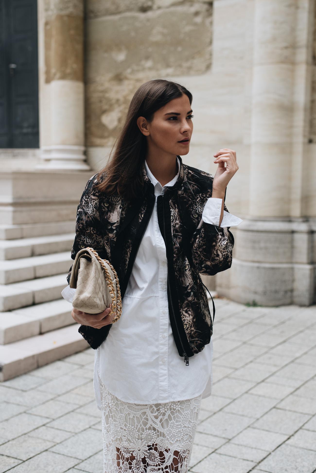 Bomberjacke-edel-und-modisch-kombinieren-weiße-bluse-goldenen-high-heels-spitzenrock-nina-schwichtenberg-fashiioncarpet