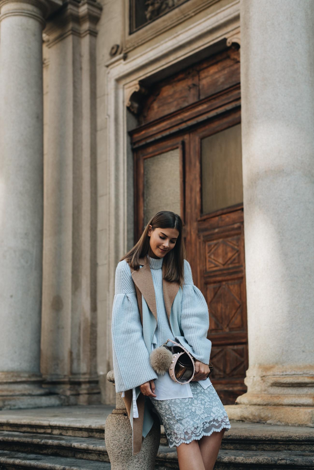 Layering-outfit-look-mit-pastellfarben-long-weste-spitzenrock-chloé-harper-wildleder-boots-nina-schwichtenberg-fashiioncarpet