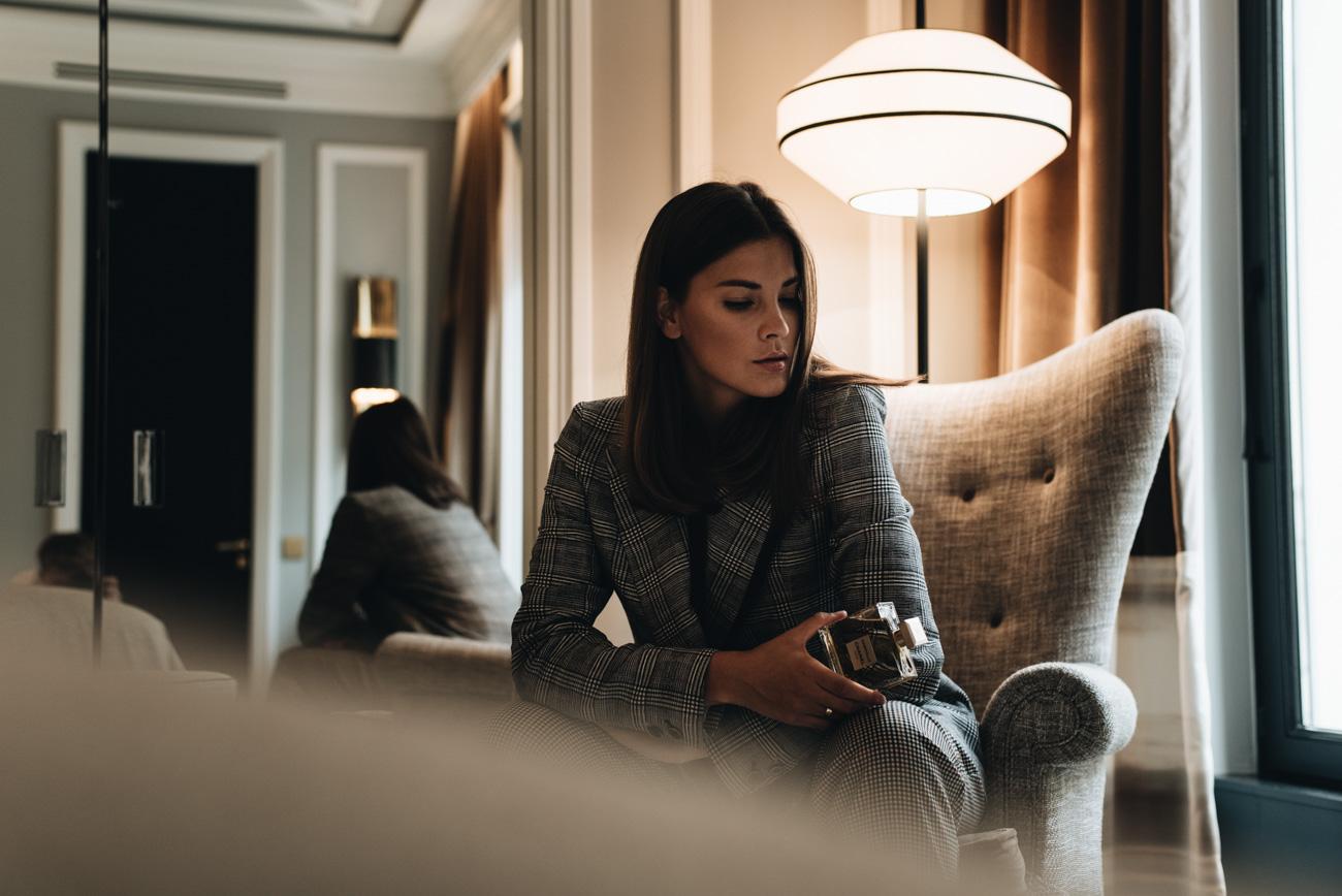 shooting-beauty-editorial-hotel-zimmer-nolinski-paris-chanel-gabrielle-parfüm-fashiioncarpet-nina-schwichtenberg