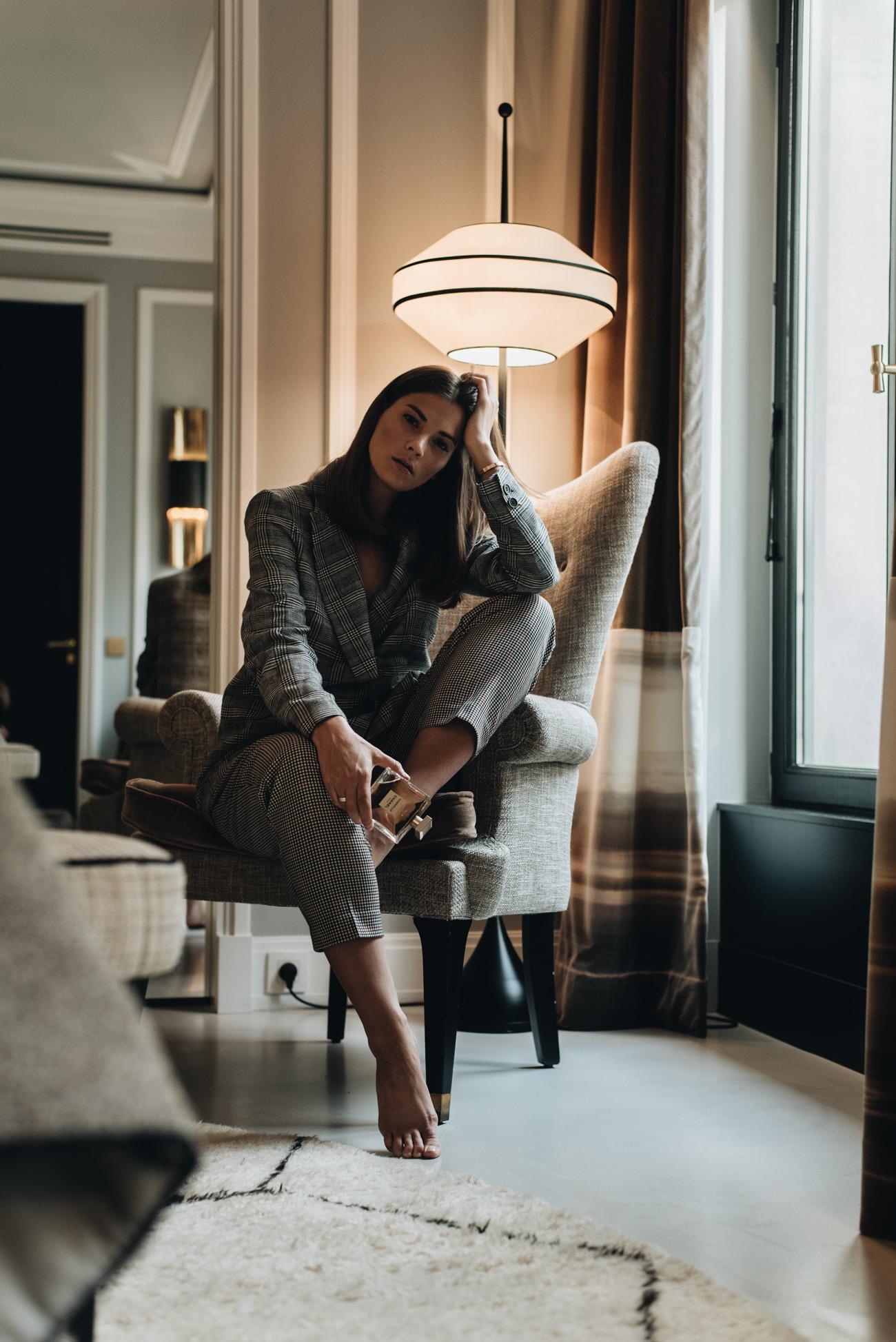 mode-bloggerin-nina-schwichtenberg-grauer-karierter-hosenanzug-fashiioncarpet