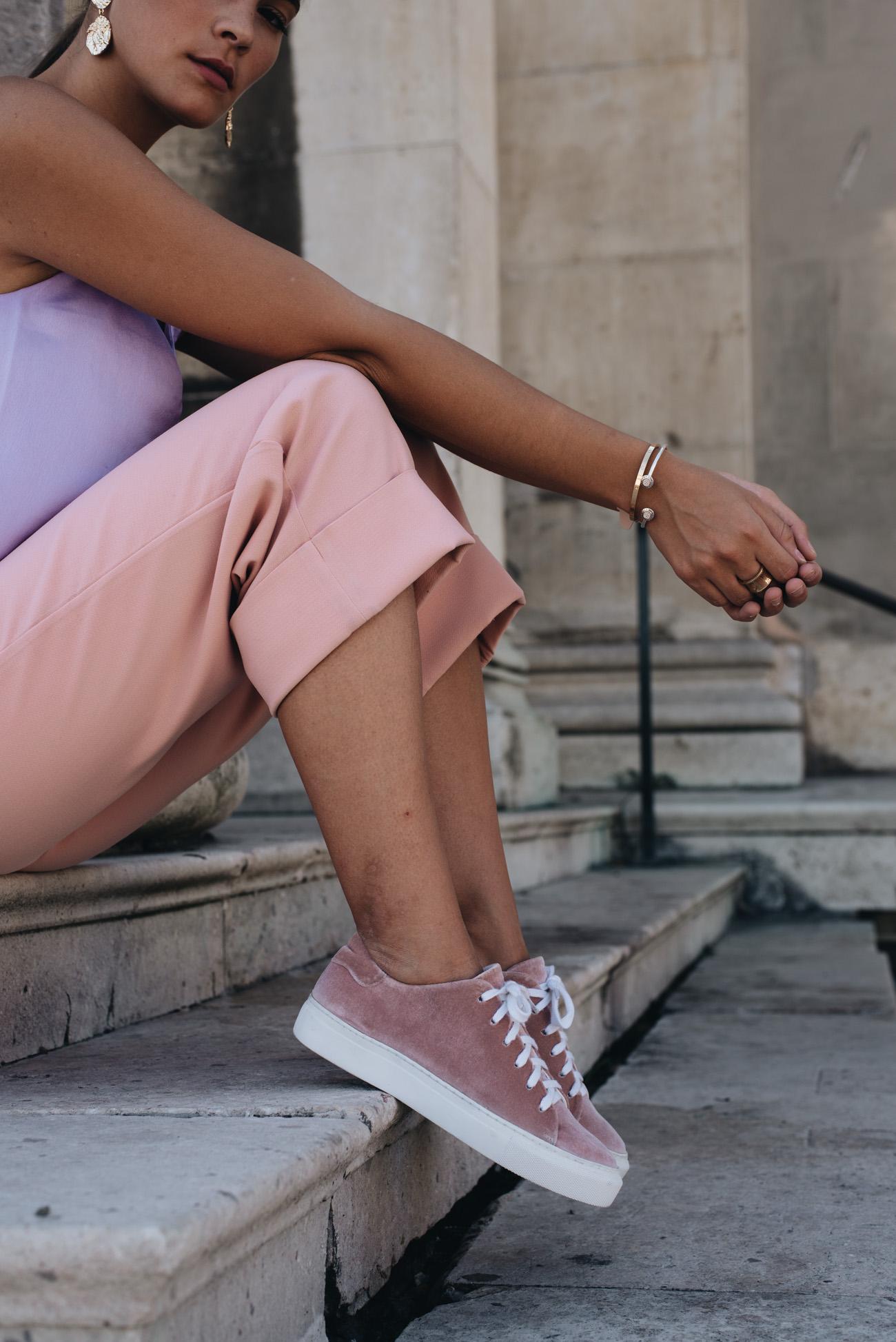samt-sneaker-rosa-pink-pastell-farbe-velvet-amber-be-fashiioncarpet-nina-schwichtenberg