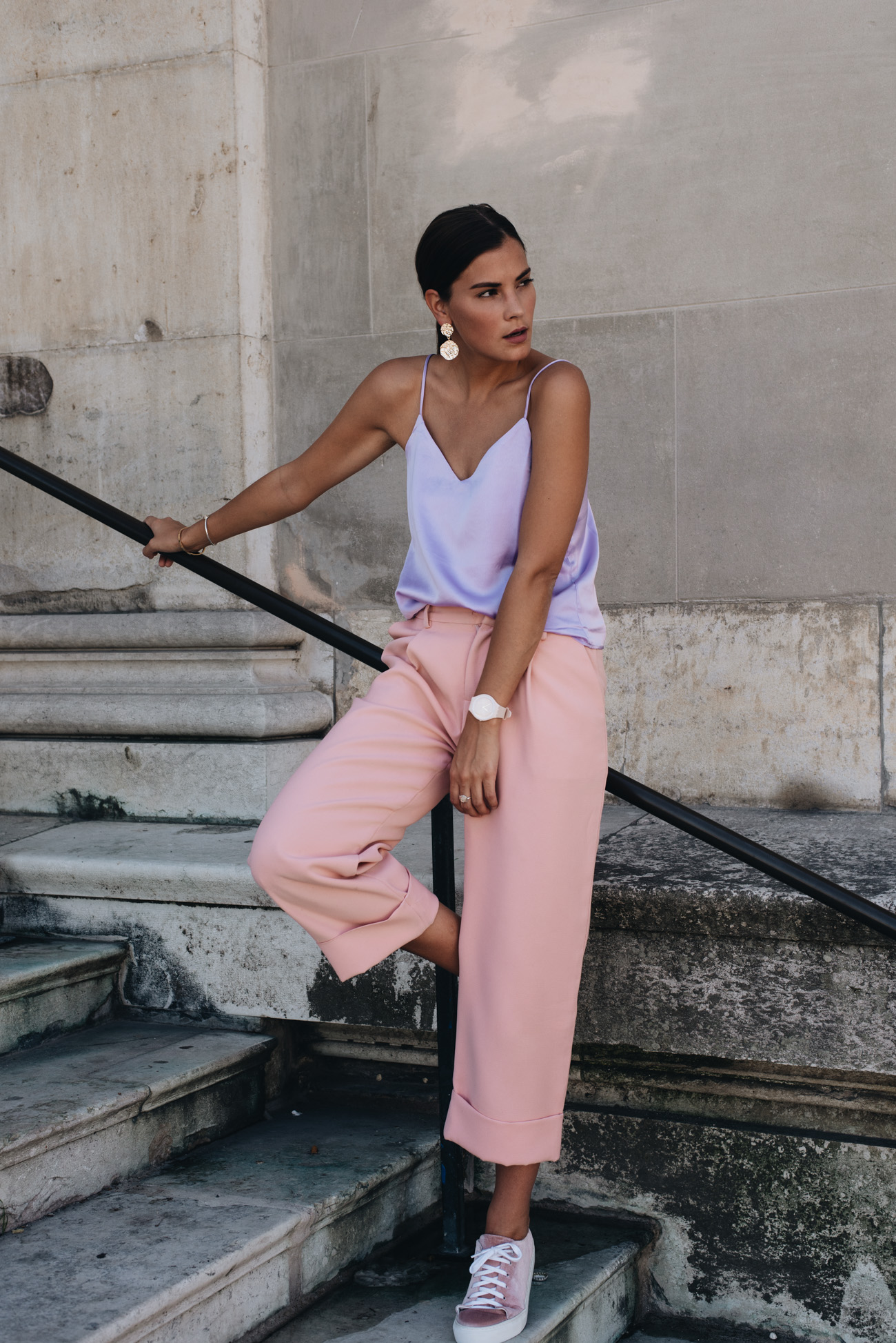 sommer-outfit-mit-pastell-farben-rosa-culotte-samt-sneaker-amber-be-fashiioncarpet-nina-schwichtenberg