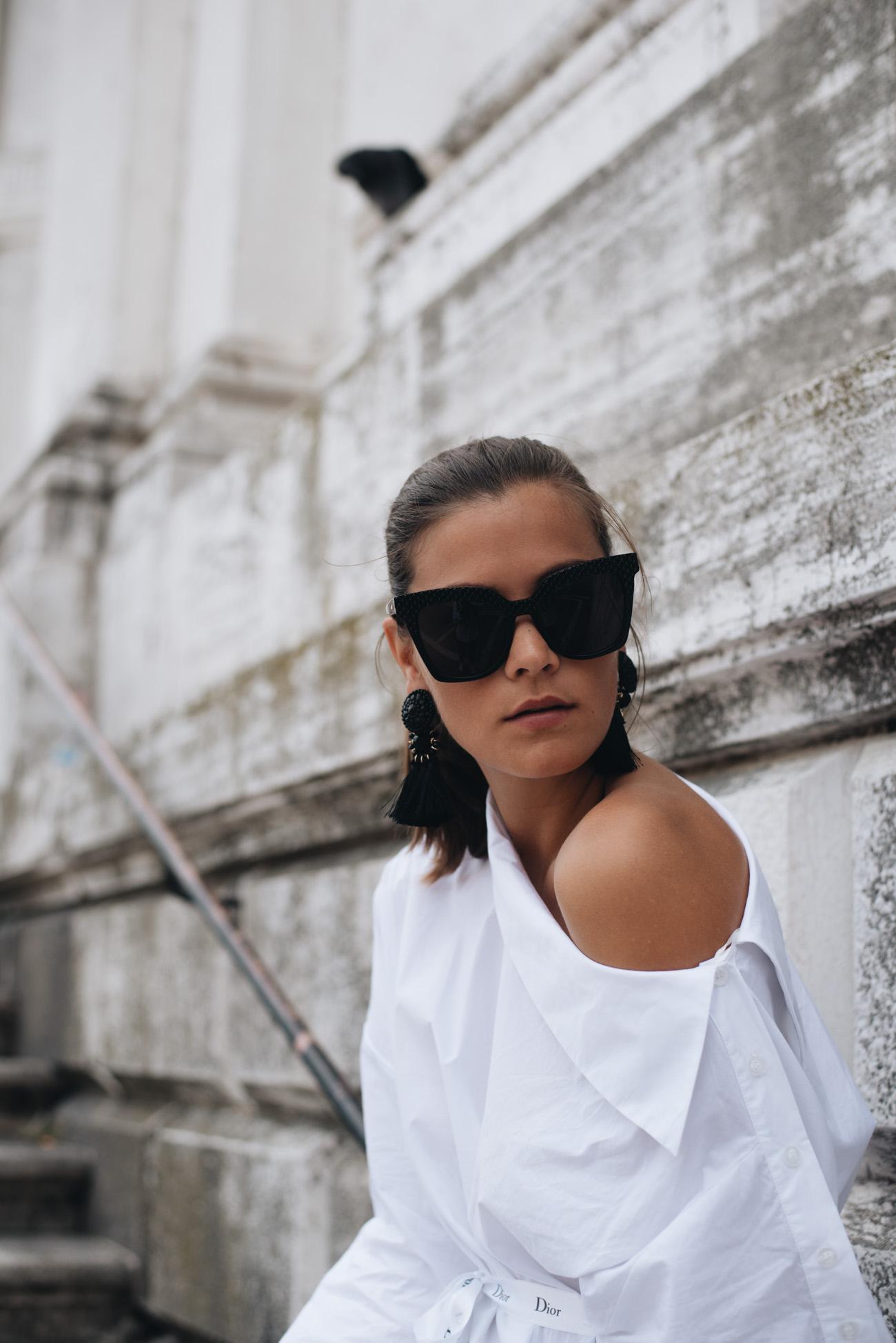 one-shoulder-bluse-streetstyle-fashion-blogger-trend-lace-skirt-ganni-venedig-fashion-shooting-fashiioncarpet-nina-schwichtenberg