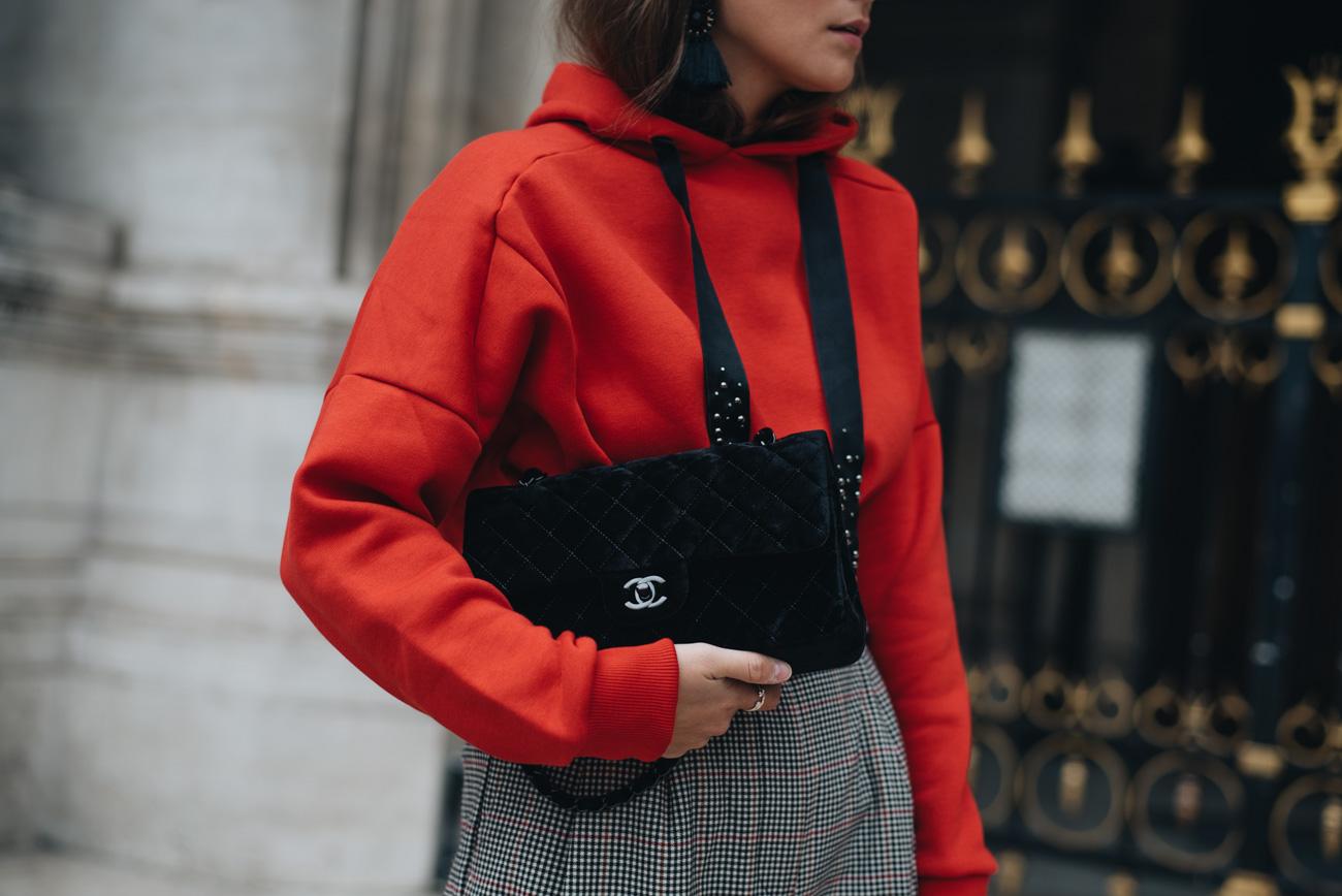 chanel-timeless-samt-handtasche-schwarz-velvet-hoodie-und-karierte-high-waist-hose-mode-bloggerin-nina-schwichtenberg-streetstyle-mode-trends-herbst-winter-2017-fashiioncarpet