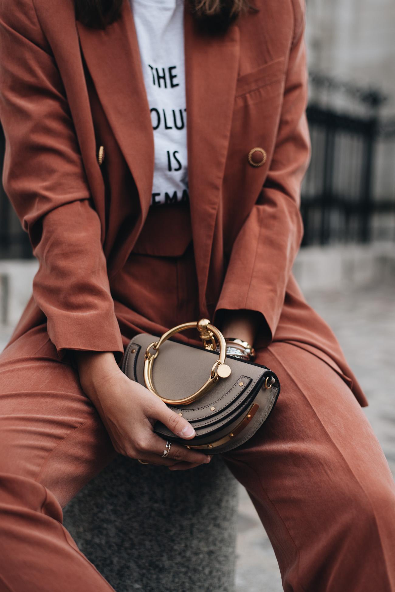Hosenanzüge-damen-sportlich-im-alltag-tragen-sneaker-shirt-chloé-nile-handtasche-fashiioncarpet-nina-schwichtenberg