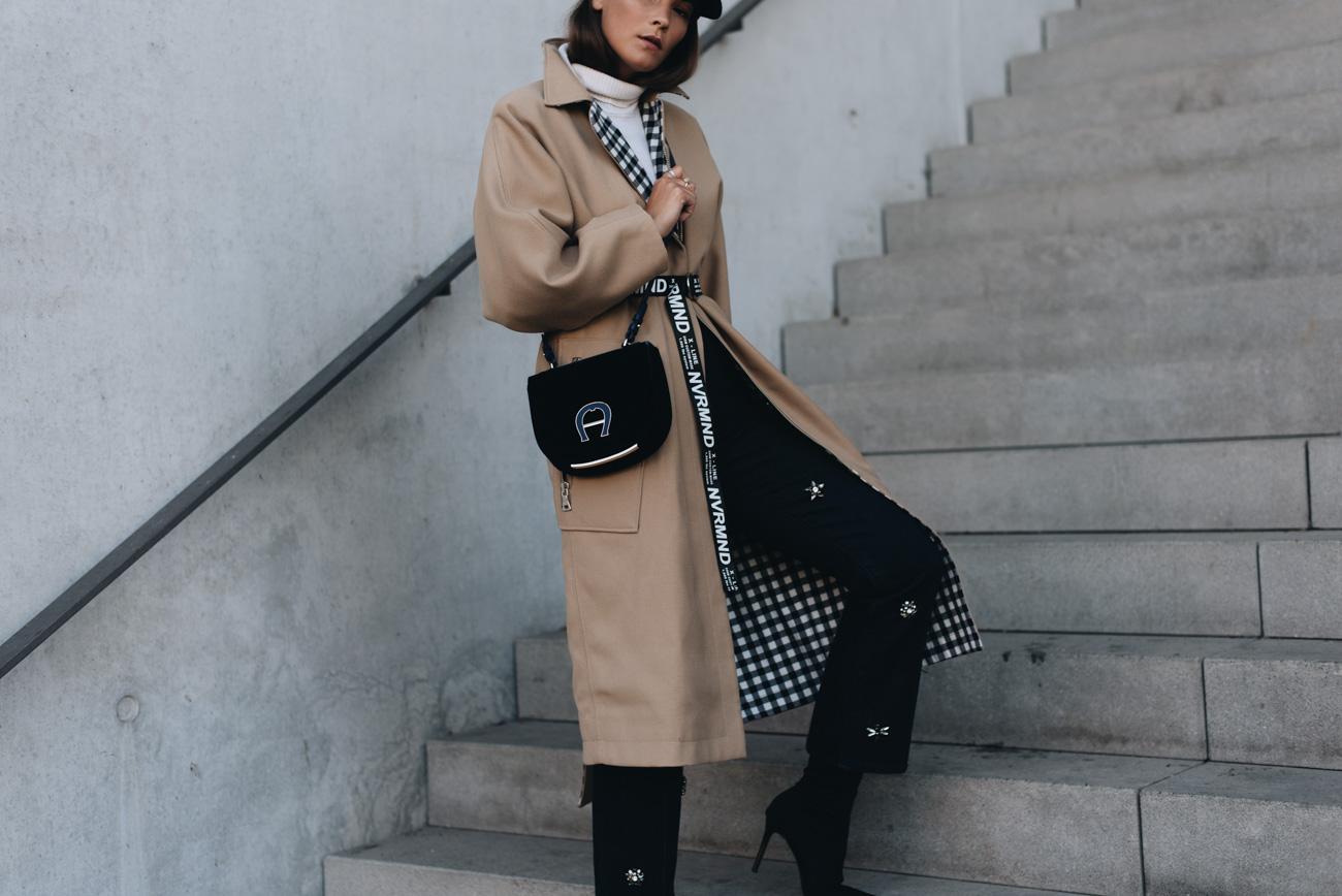 nina-schwichtenberg-Baker-boy-hat-beiger-trenchcoat-slogan-gürtel-mit-spruch-buchstaben-samt-umhängetasche-blau-aigner-fashion-bloggerin-deutschland-münchen-fashiioncarpet.jpg