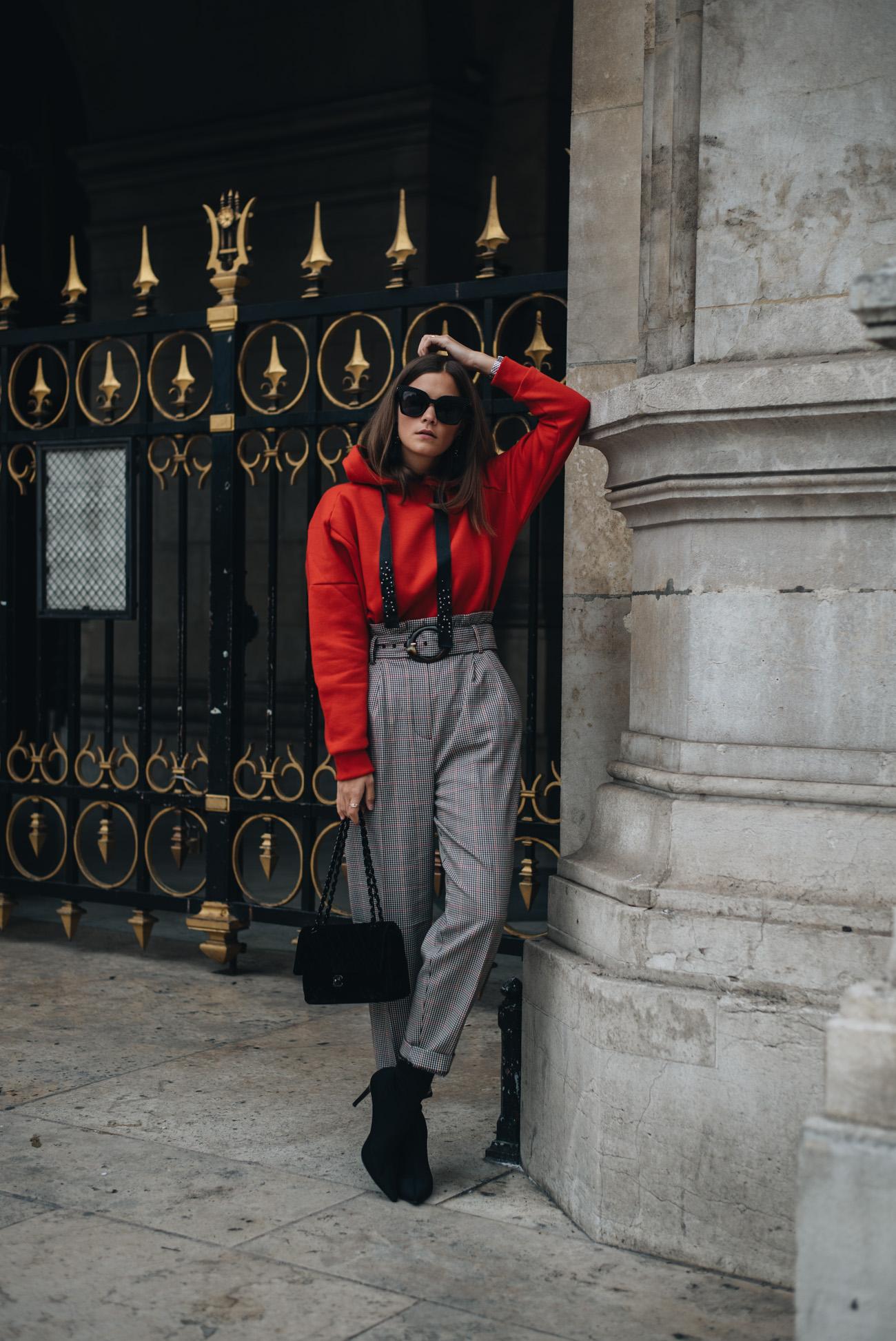 Fashion-trends-2017-streetstyle-roter-kapuzen-pullover-schwarze-chanel-timeless-handtasche-samt-sock-boots-stretch-streetstyle-bloggerin-nina-schwichtenberg-fashiioncarpet