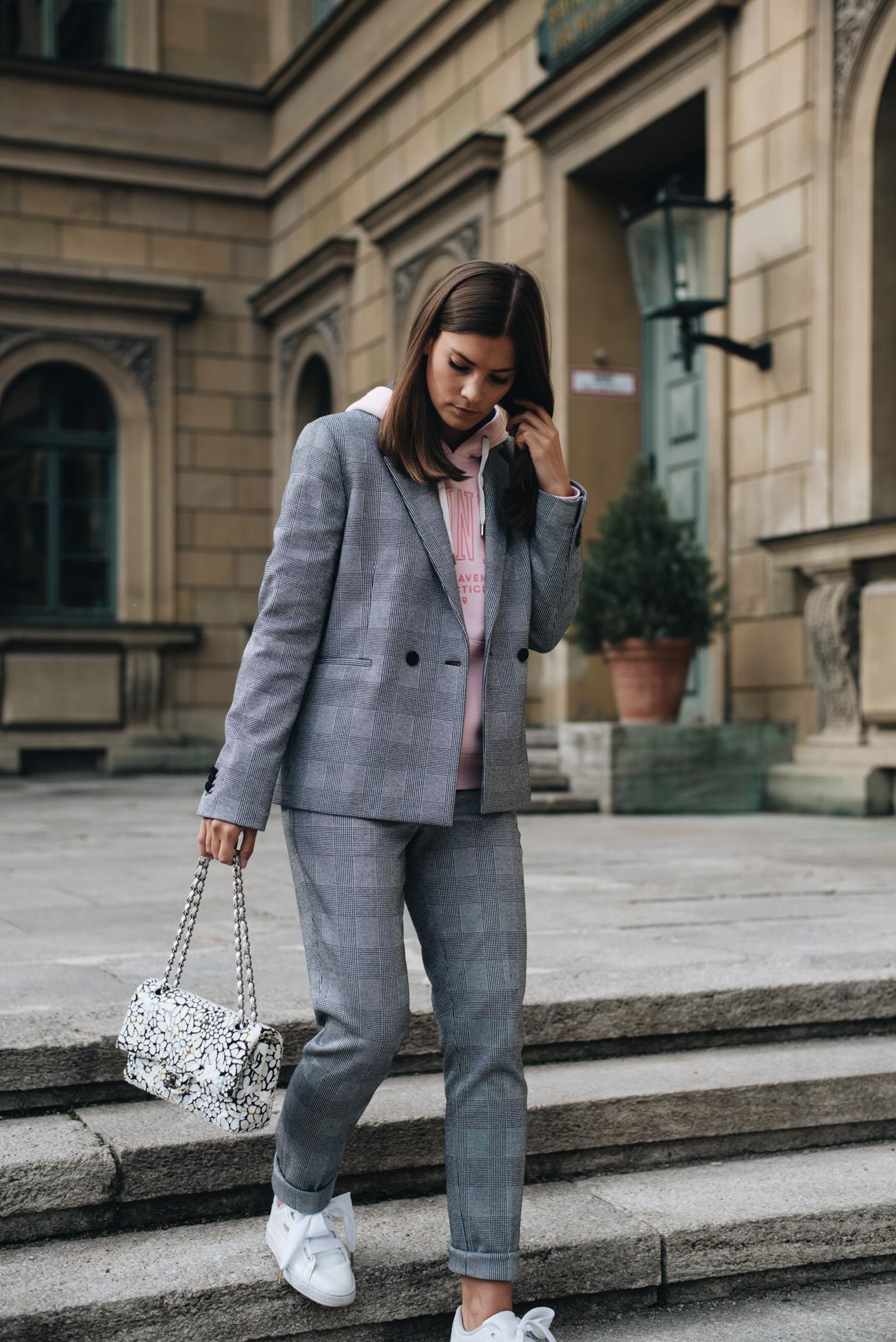 Hosenanzug-jung-sportlich-im-alltag-tragen-hoodie-glencheck-zweiteiler-gant-modetrend-2017-fashiioncarpet-nina-schwichtenberg