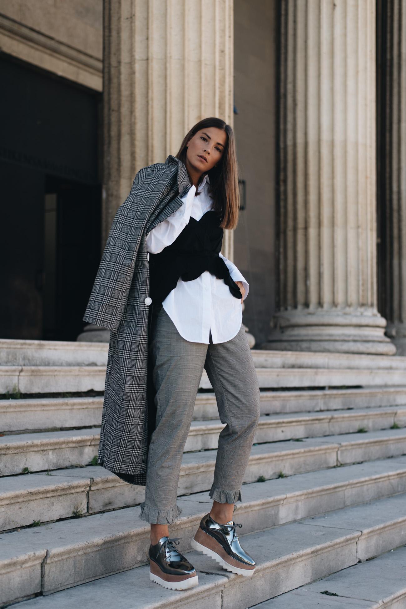 weiße-bluse-mit-schwarzer-corsage-korsett-oberteil-im-alltag-tragen-damen-glencheck-karo-mantel-fashion-blogger-deutschland-nina-schwichtenberg
