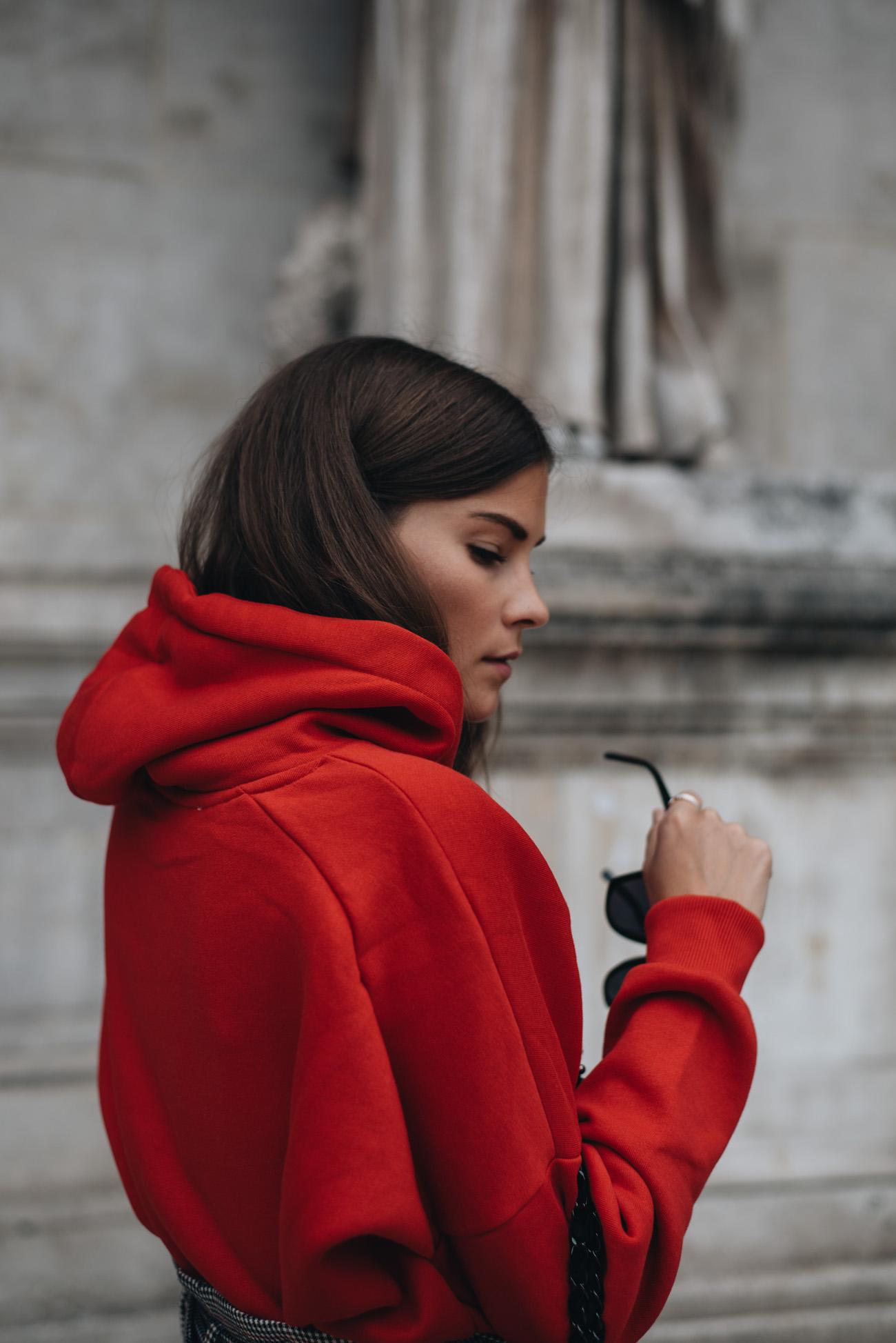 Trend-farbe-rot-kapuzen-pullover-hoodie-statement-ohrring-mcm-sonnenbrille-streetstyle-fashion-bloggerin-nina-schwichtenberg-herbs-winter-trends-2017-fashiioncarpet