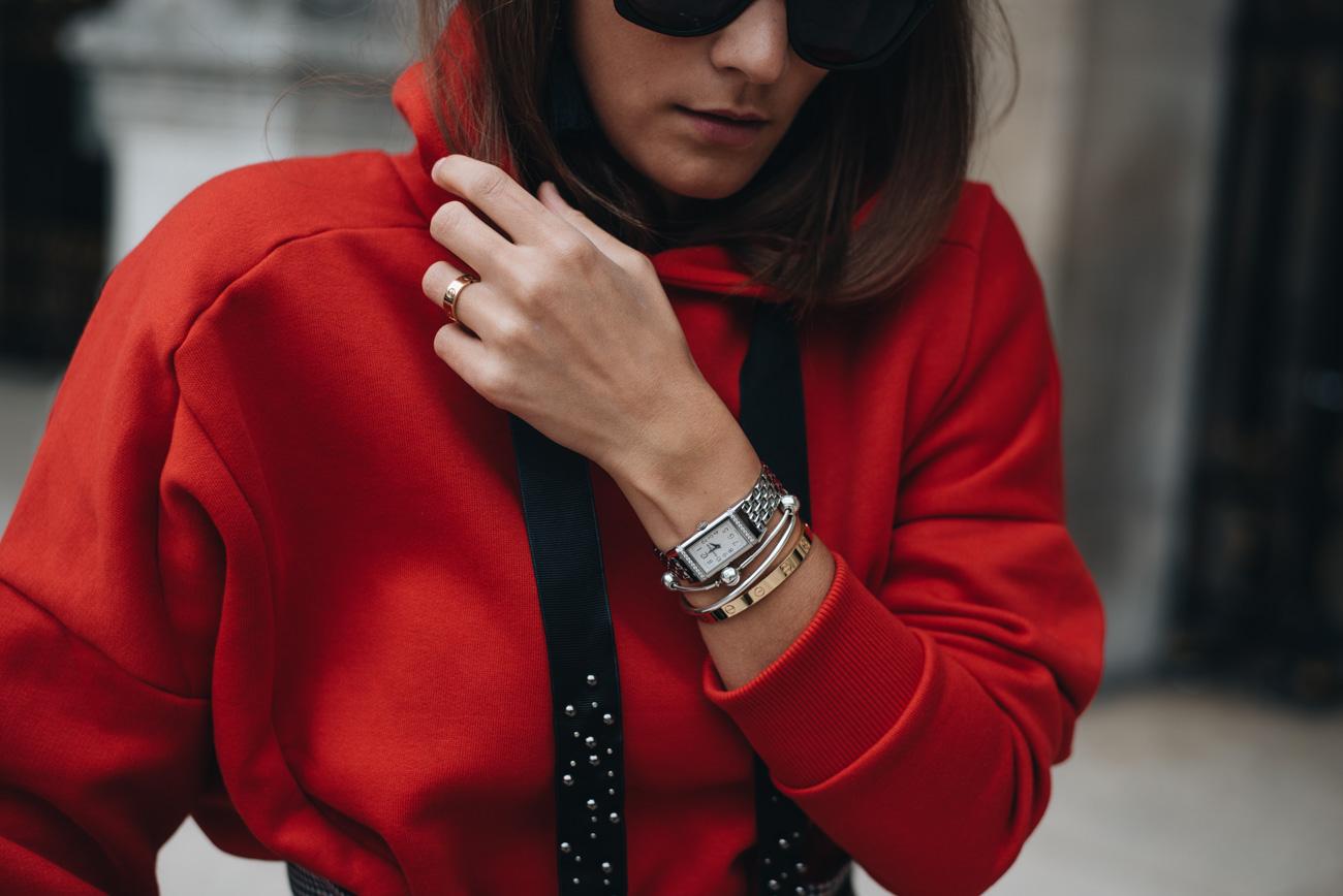 Rotes-Sweatshirt-mit-Metallapplikationen-kapuze-hoodie-mode-trends-2017-nina-schwichtenberg-fashiioncarpet