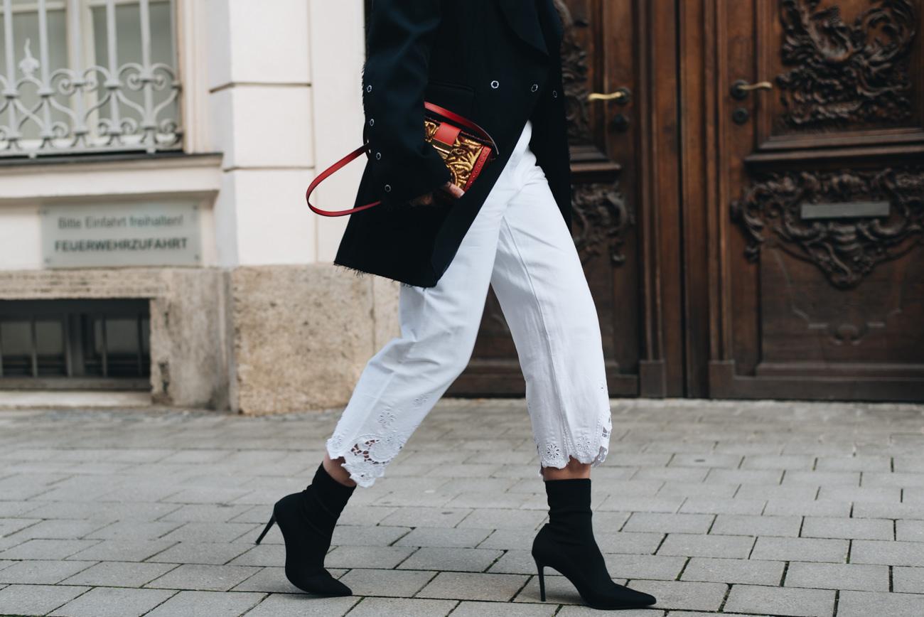 MCM-Mitte-Brocade-Cross-Body-Bag-rot-gold-blogger-streetstyle-schwarz-weiß-look-long-blazer-nina-schwichtenberg-fashiioncarpet