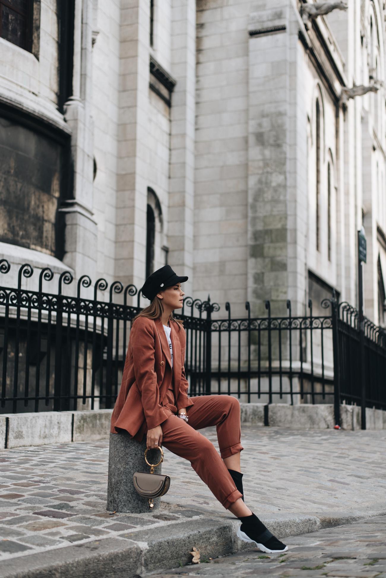 mode-trend-hosenanzug-zweiteiler-rostbraun-oversize-blazer-stoff-hose-mango-baker-boy-hut-socken-sneaker-balenciaga-look-alike-chloé-nile-nina-schwichtenberg-fashiioncarpet