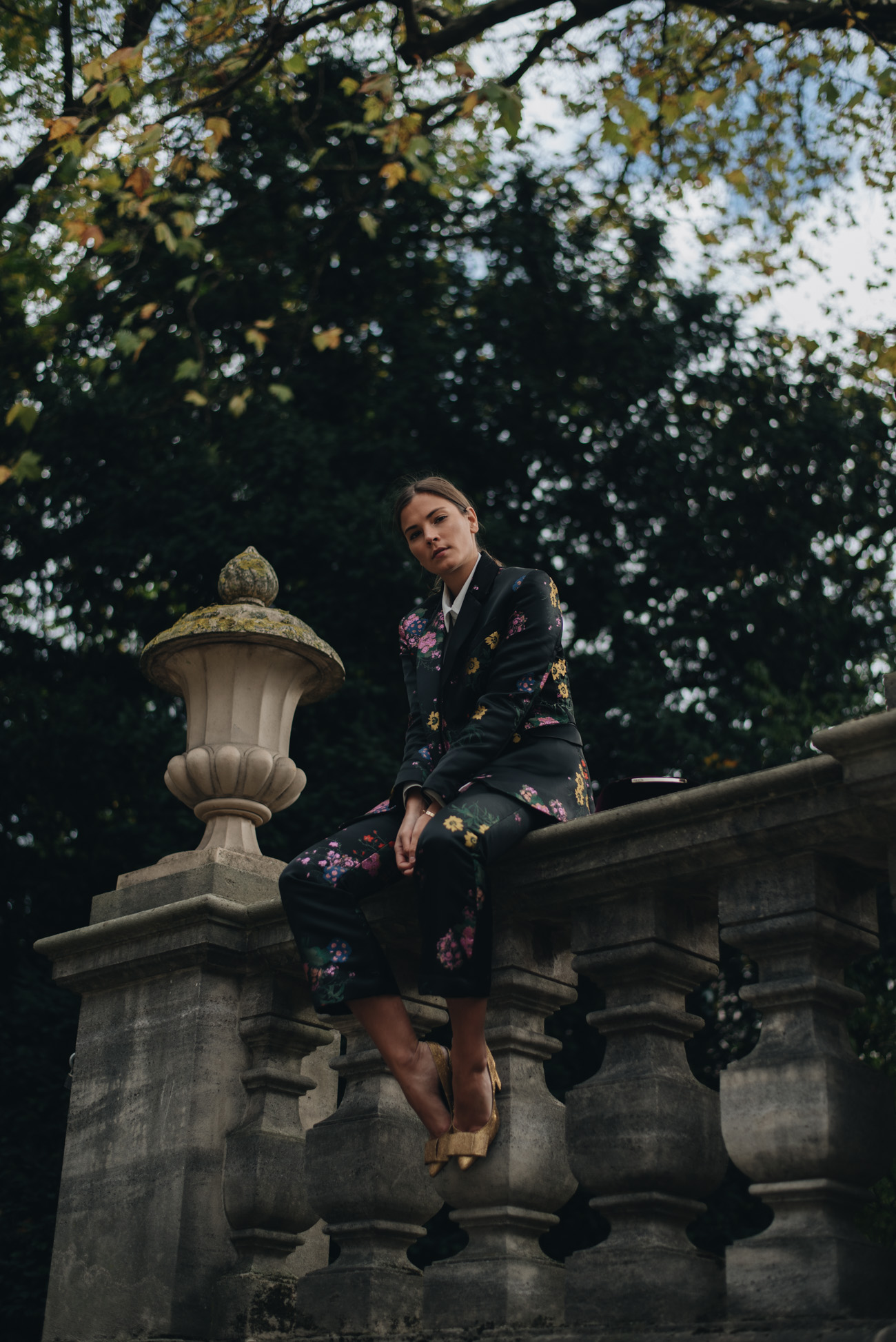 H&M-Erdem-Kooperation-kollektion-2017-hosenanzug-blumen-zweiteiler-aigner-pina-samt-handtasche-rot-nina-schwichtenberg-fashion-bloggerin-modebloggerin-münchen-deutschland-fashiioncarpet