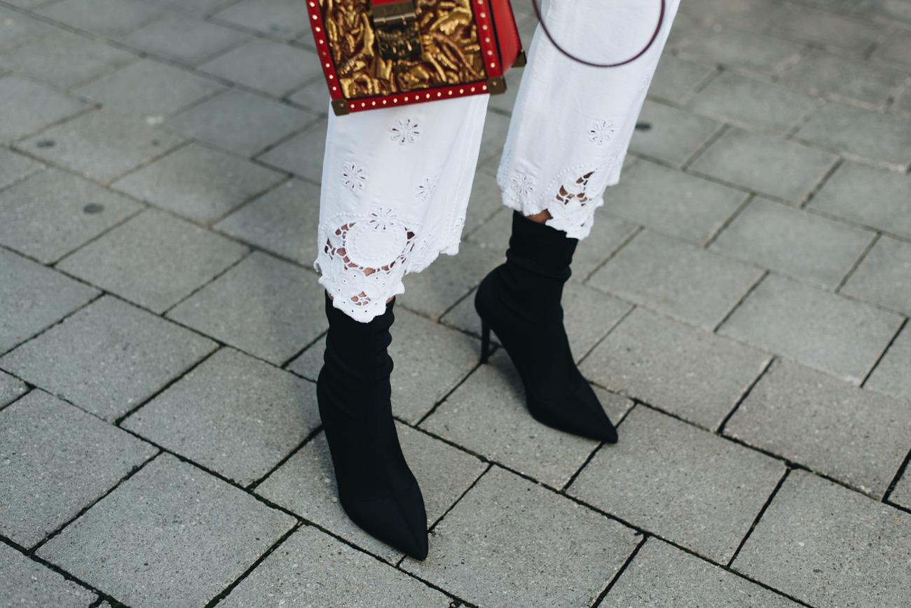Mango-sock-boots-Stretch-Stiefelette-mit-Absatz-mode-trends-2017-streetstyle-jeanshose-mit-spitzen-saum-nina-schwichtenberg-fashiioncarpet