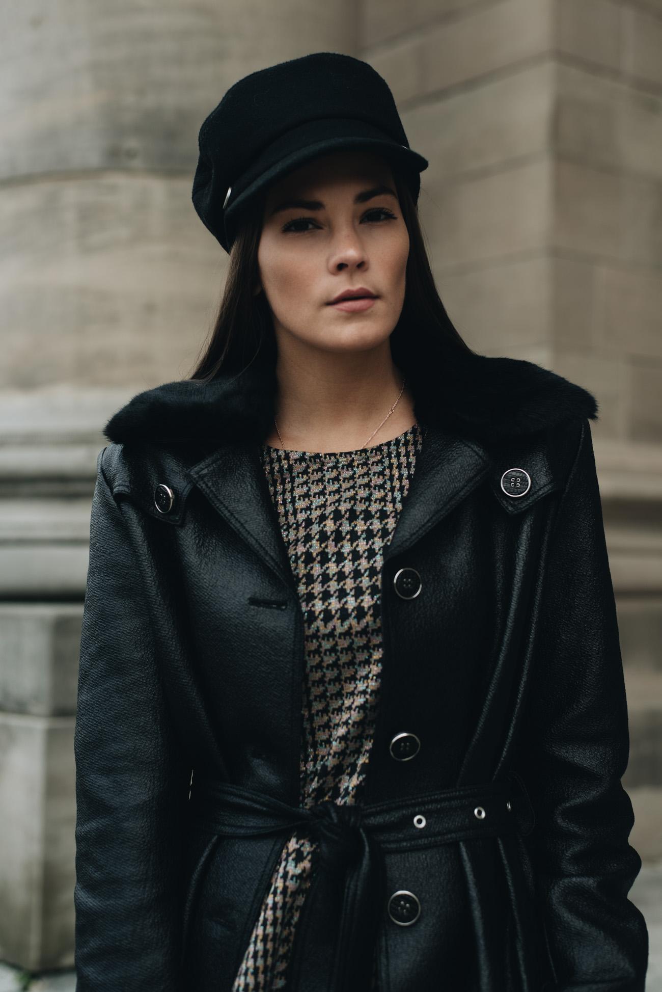 Nina-Schwichtenberg-mode-bloggerin-deutschland-münchen-outfit-zweiteiler-hose-shirt-hahnentritt-muster-chloé-nile-tasche-grau-braun-baker-boy-hut-fashiioncarpet