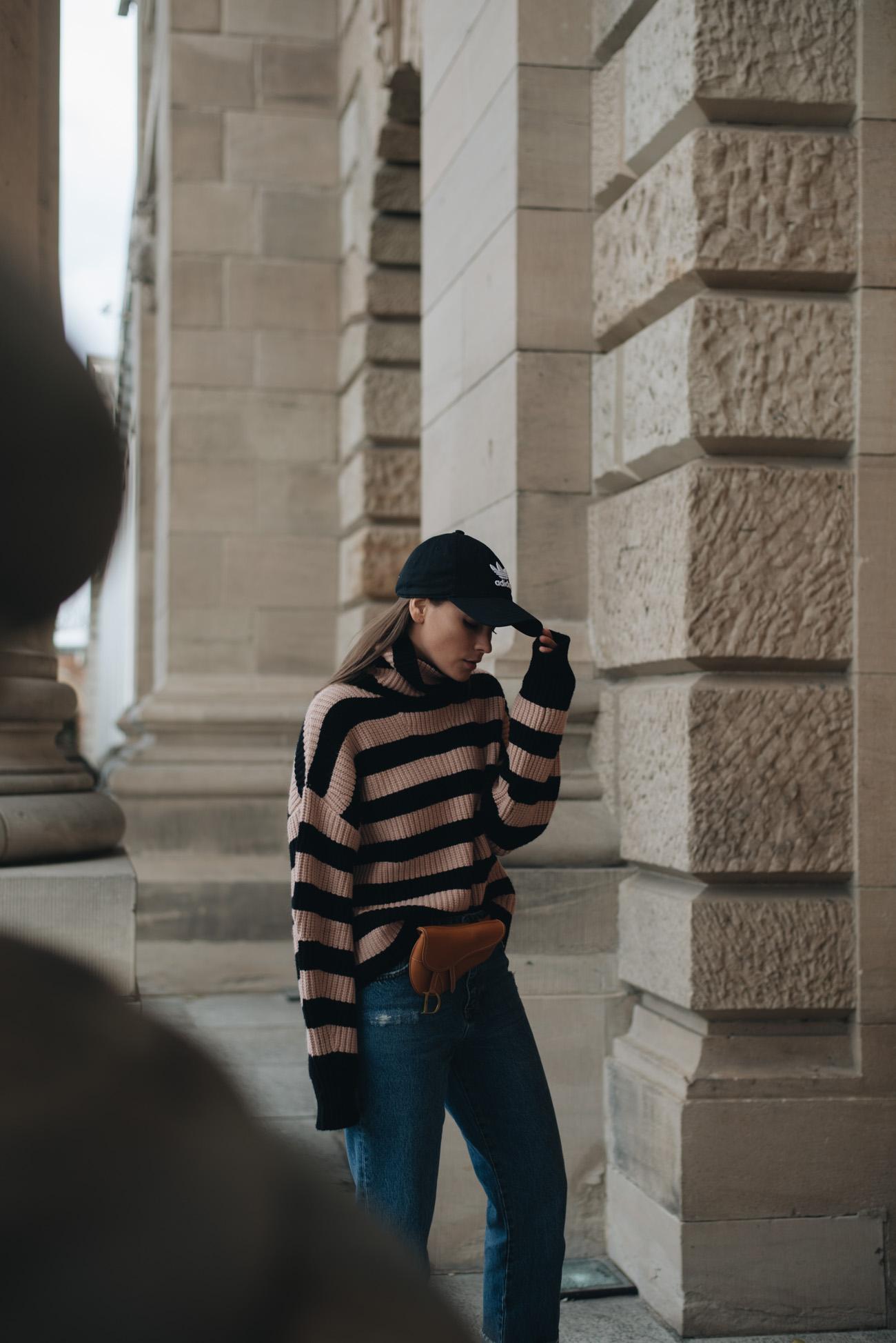 Edited-Strick-pullover-mit-streifen-dior-saddle-belt-bag-brown-adidas-cap-nina-schwichtenberg-mode-bloggerin-fashionblog-fashiioncarpet-deutschland-münchen
