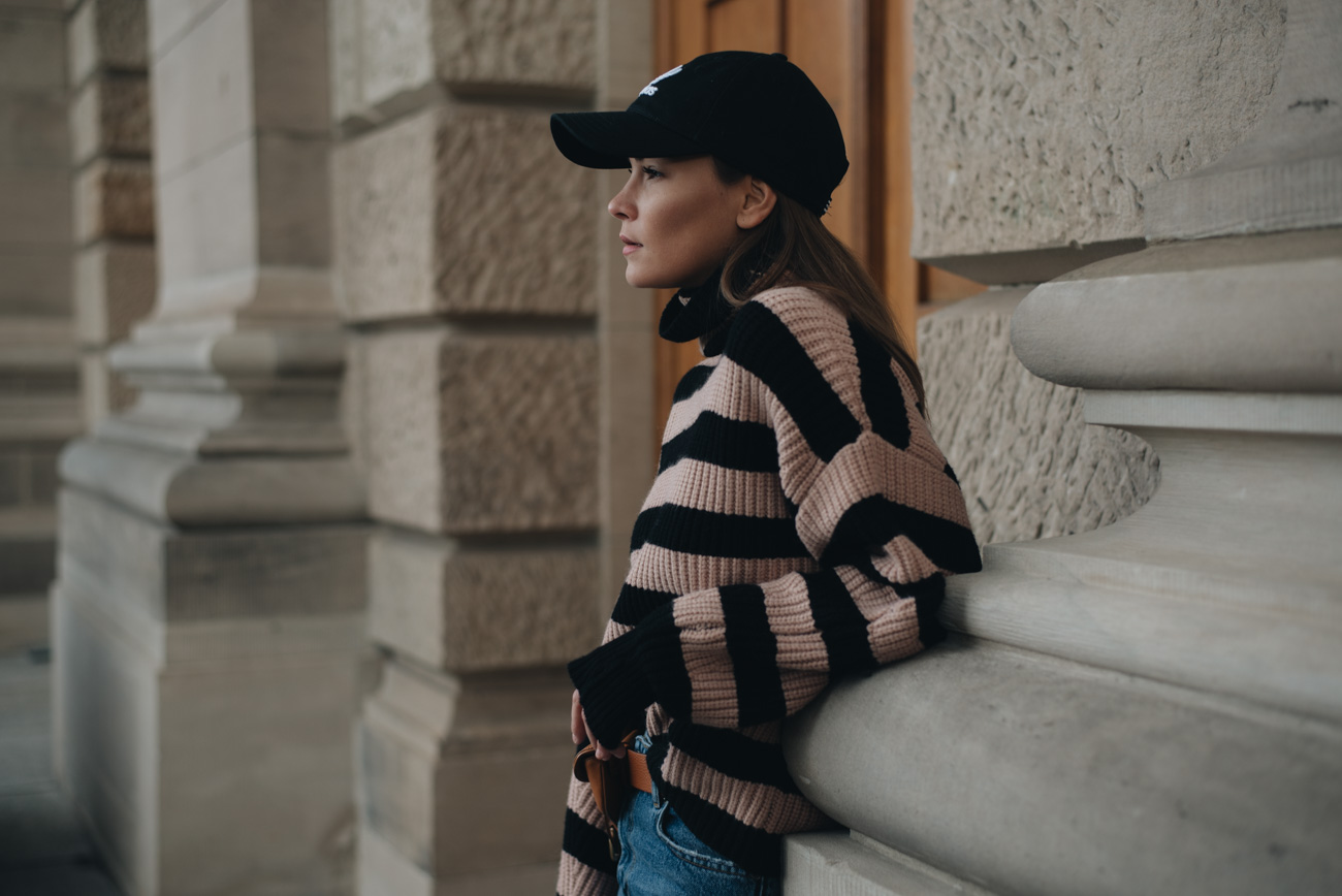 Nina-Schwichtenberg-mode-bloggerin-deutschland-münchen-outfit-bomberjacke-cut-out-boots-streifenbluse-fashiioncarpet