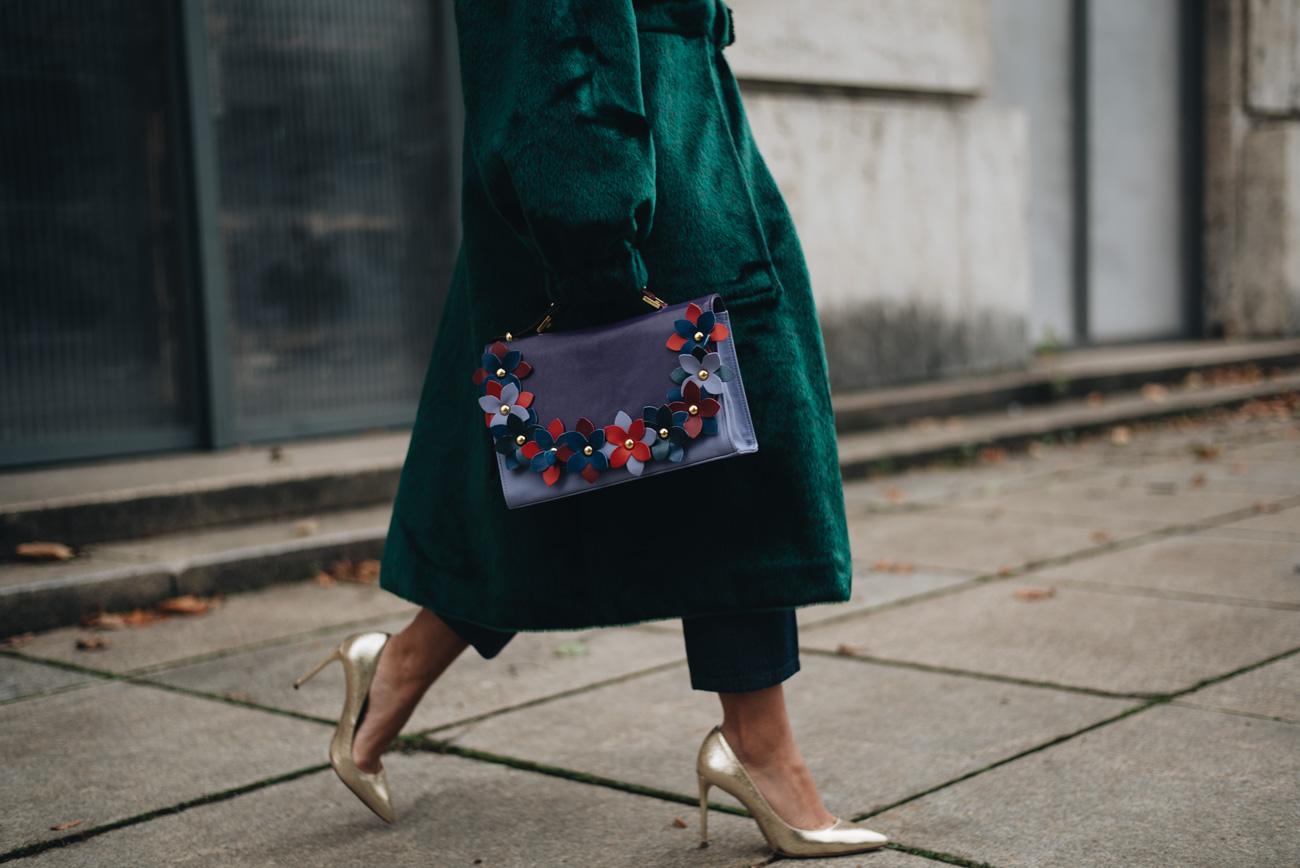 goldene-high-heels-zara-streetstyle-blumen-handtasche-cropped-denim-Nina-Schwichtenberg-mode-bloggerin-fashion-lifestyle-deutschland-münchen-fashiioncarpet