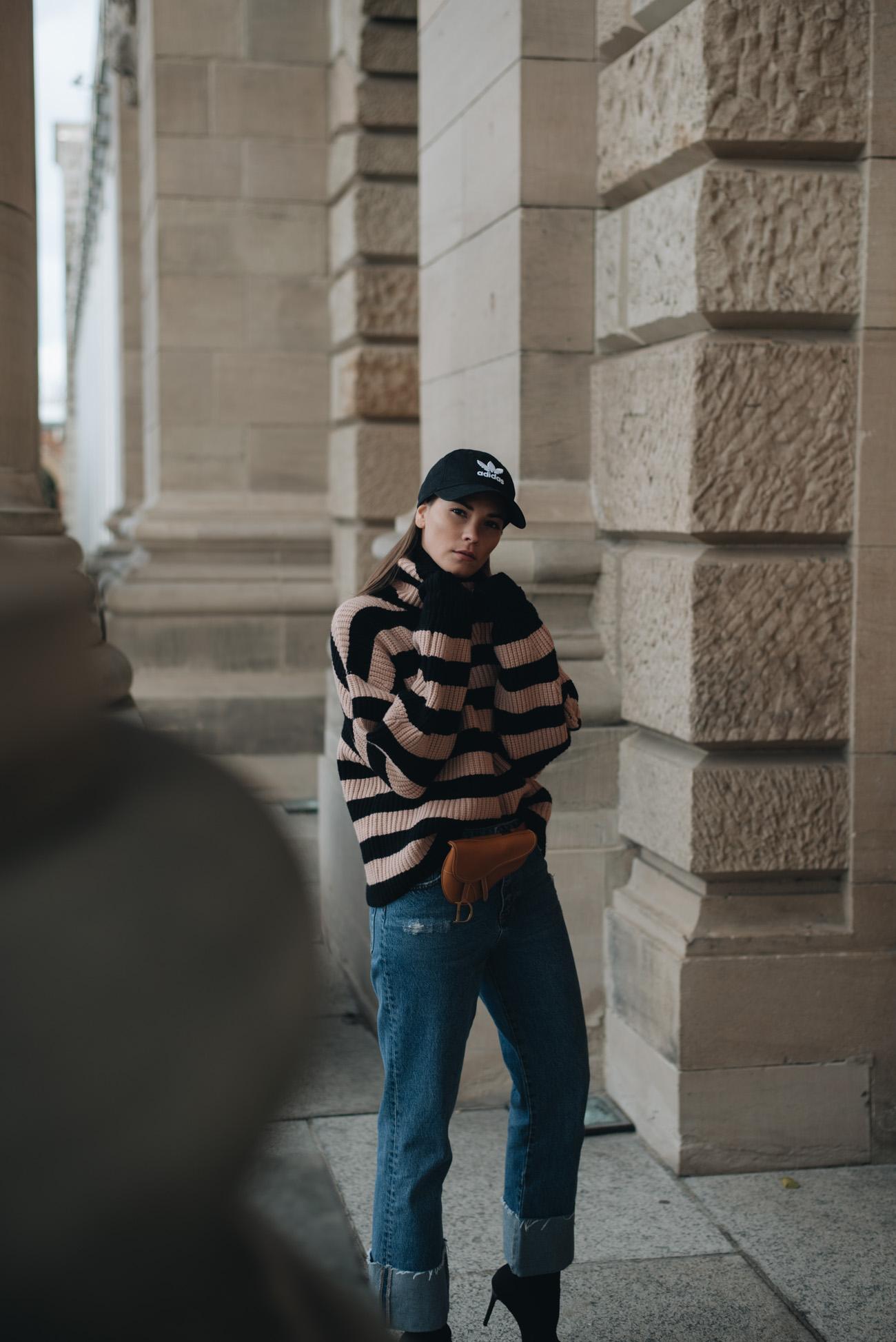 Alltags-Outfit-mit-jeans-und-Strickpullover-adidas-cap-nina-schwichtenberg-mode-bloggerin-fashionblog-fashiioncarpet-deutschland-münchen