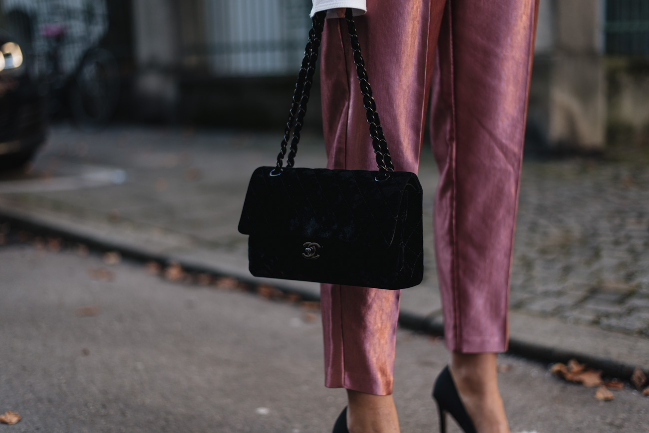Styling-Tipps-Samt-bundfaltenhose-mode-bloggerin-nina-schwichtenberg-streetstyle-mode-trends-2018-fashiioncarpet