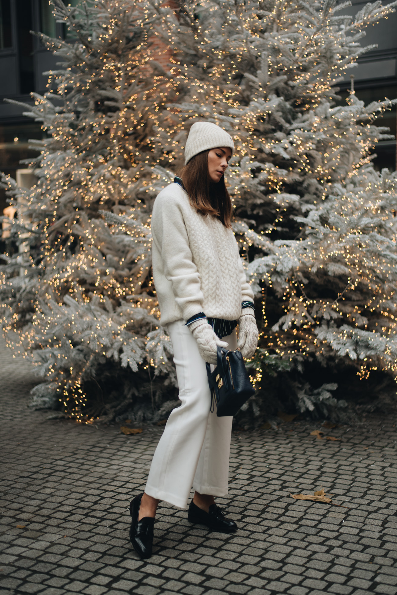 All-White-Winter-look-weiß-im-winter-tragen-strick-mütze-fake-fur-schal-kunstpelz-stola-fashiioncarpet-nina-schwichtenberg