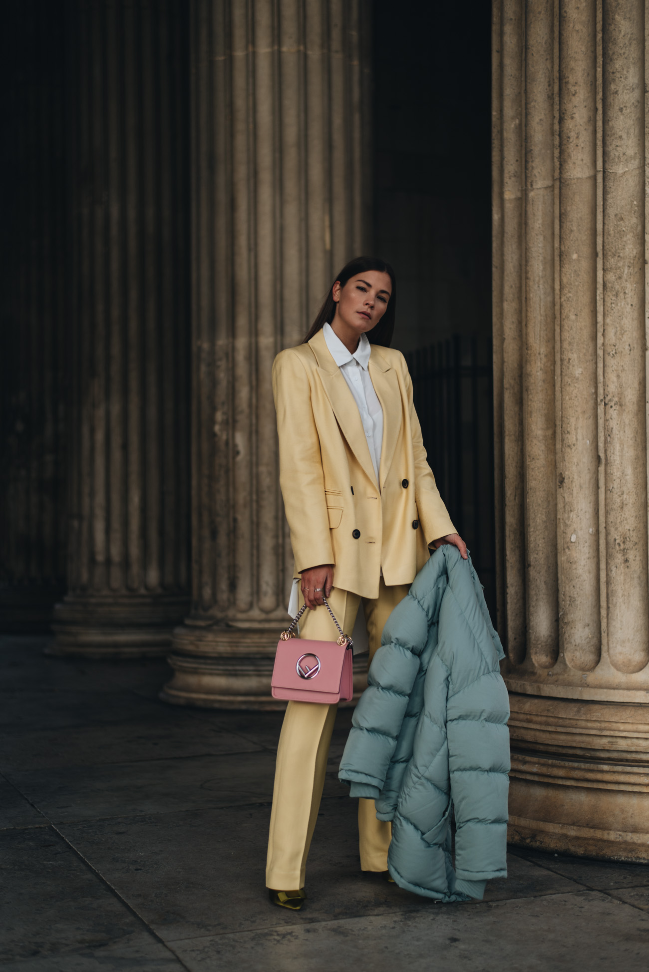 Nina-Schwichtenberg-mode-und-beauty-bloggerin-deutschland-münchen-fashiioncarpet-Hosenanzug-style-tipps-doppelreiher-blazer-gelb