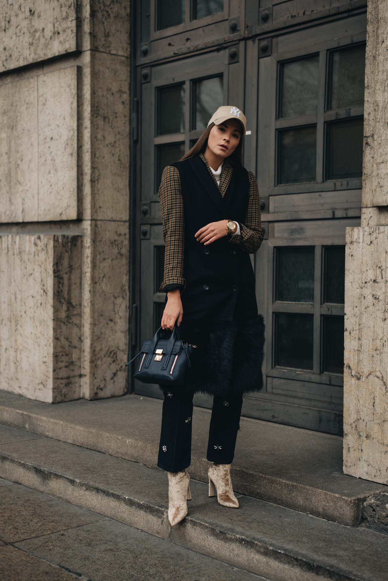 mode-bloggerin-nina-schwichtenberg-streetstyle-mode-trends-herbst-winter-2017-Long-Weste-Sock-Boots-Samt-Jimmy-Choo-Jeans-mit-Applikationen-fashiioncarpet