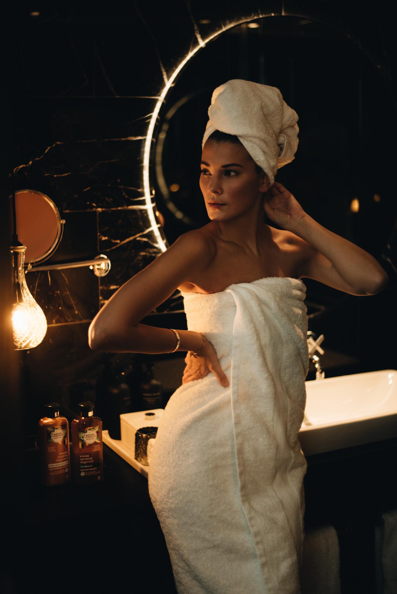 beauty-shooting-editorial-badezimmer-roomers-hotel-münchen-fashiioncarpet-nina-schwichtenberg