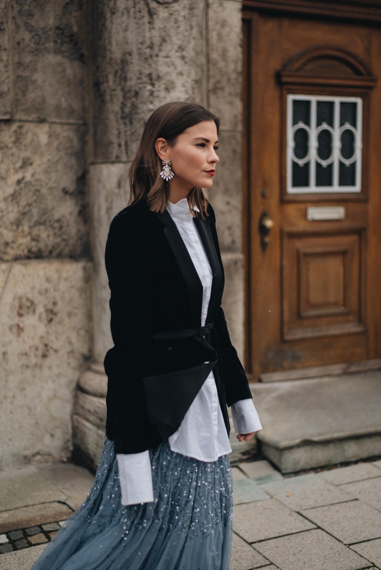 silvester-outfits-inspirationen-Samt-Kleid-schwarz-Party-Look-Glamour-Styling-Tüllrock-Samt-Blazer-Layering-Look-Sock-Boots-Clavi-Cut-nina-schwichtenberg-fashiioncarpet