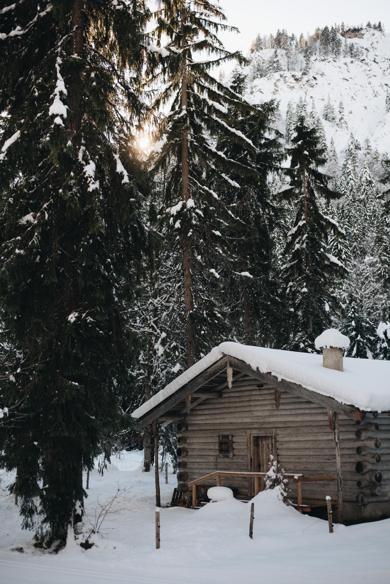 Retro-Holz-Ski-Vintage-winter-schnee-locations-orte-Tegernesee-kleine-hütte-im-Wald-Winter-Wonderland-fashiioncarpet-nina-schwichtenberg5