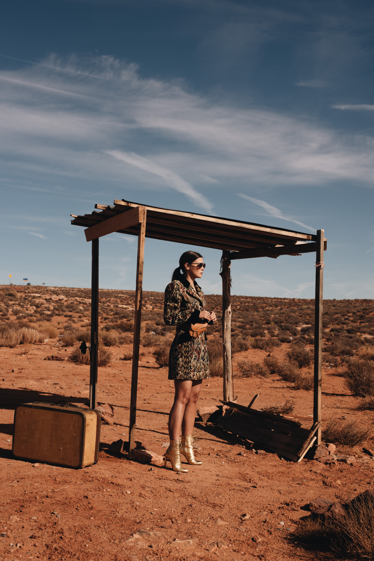Fashion-Editorial-blogger-Foto-Shooting-Highway-Monument-Valley-Road-Trip-Koffer-Outdoor-location-nina-schwichtenberg-fashiioncarpet