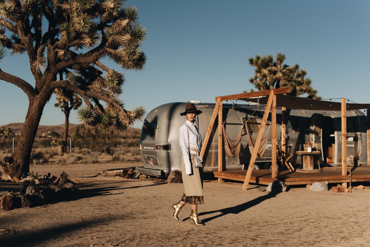 Fashion-Editorial-Foto-Shooting-Wüste-Joshua-Tree-Park-Outdoor-Sonnenuntergang-Sunset-Airstream-location-nina-schwichtenberg-fashiioncarpet