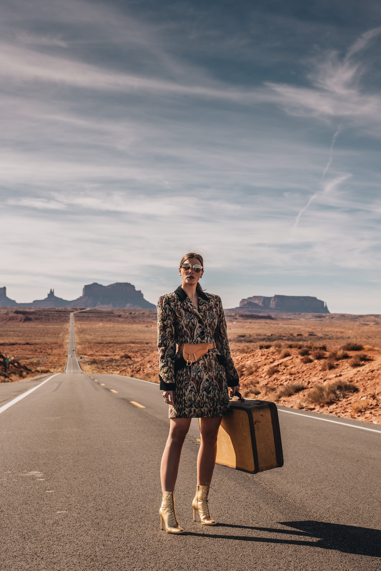 Fashion-editorial-shooting-Mode-Fotoshooting-wüste-highway-monument-valley-kalifornien-outdoor-luxus-fashiioncarpet-nina-schwichtenberg