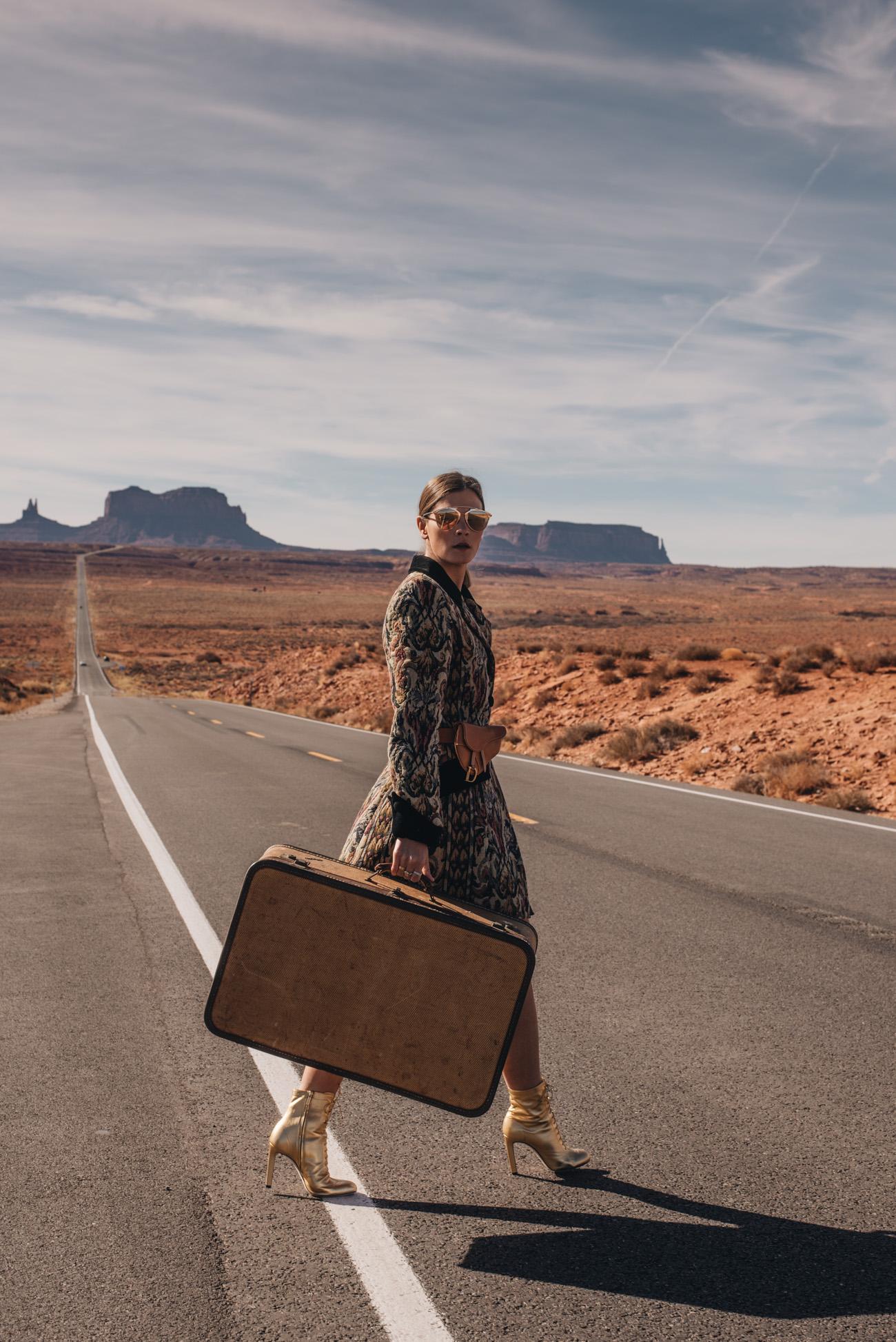 Mode-Strecke-Fashion-Editorial-Shooting-Highway-autobahn-straßenrand-monument-valley-Kalifornien-Mode-bloggerin-nina-schwichtenberg-fashiioncarpet-deutschland-münchen