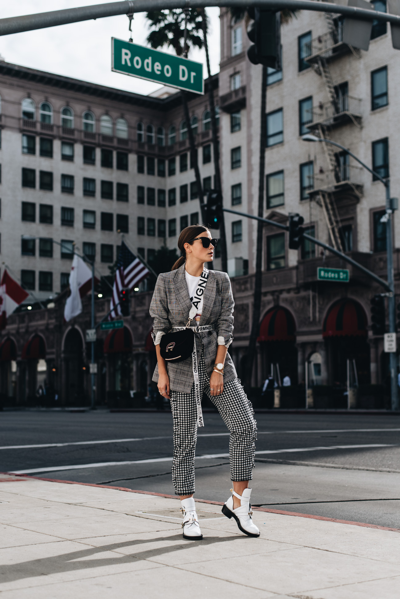 Streetstyle-Muster-All-Over-Look-Blazer-Hose-glencheck-karo-rodeo-drive-los-angeles-balenciaga-ceinture-cut-out-boots-nina-schwichtenberg-fashiioncarpet