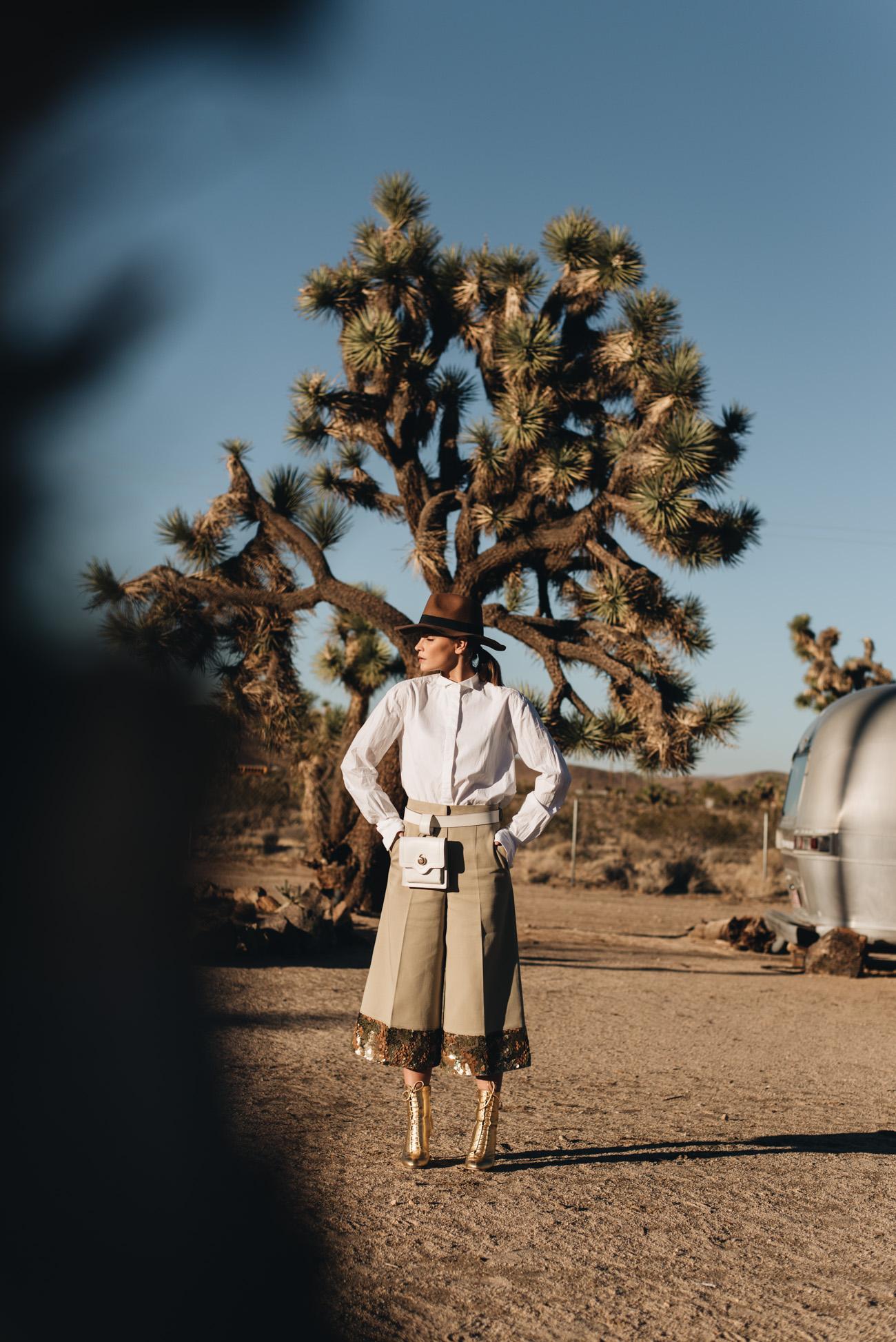 Joshua-Tree-acres-airstream-wohnwagen-Jimmy-Choo-Daize-100-boots-stiefeletten-goldene-Schuhe-Culotte-Pailletten-nina-schwichtenberg-fashiioncarpet