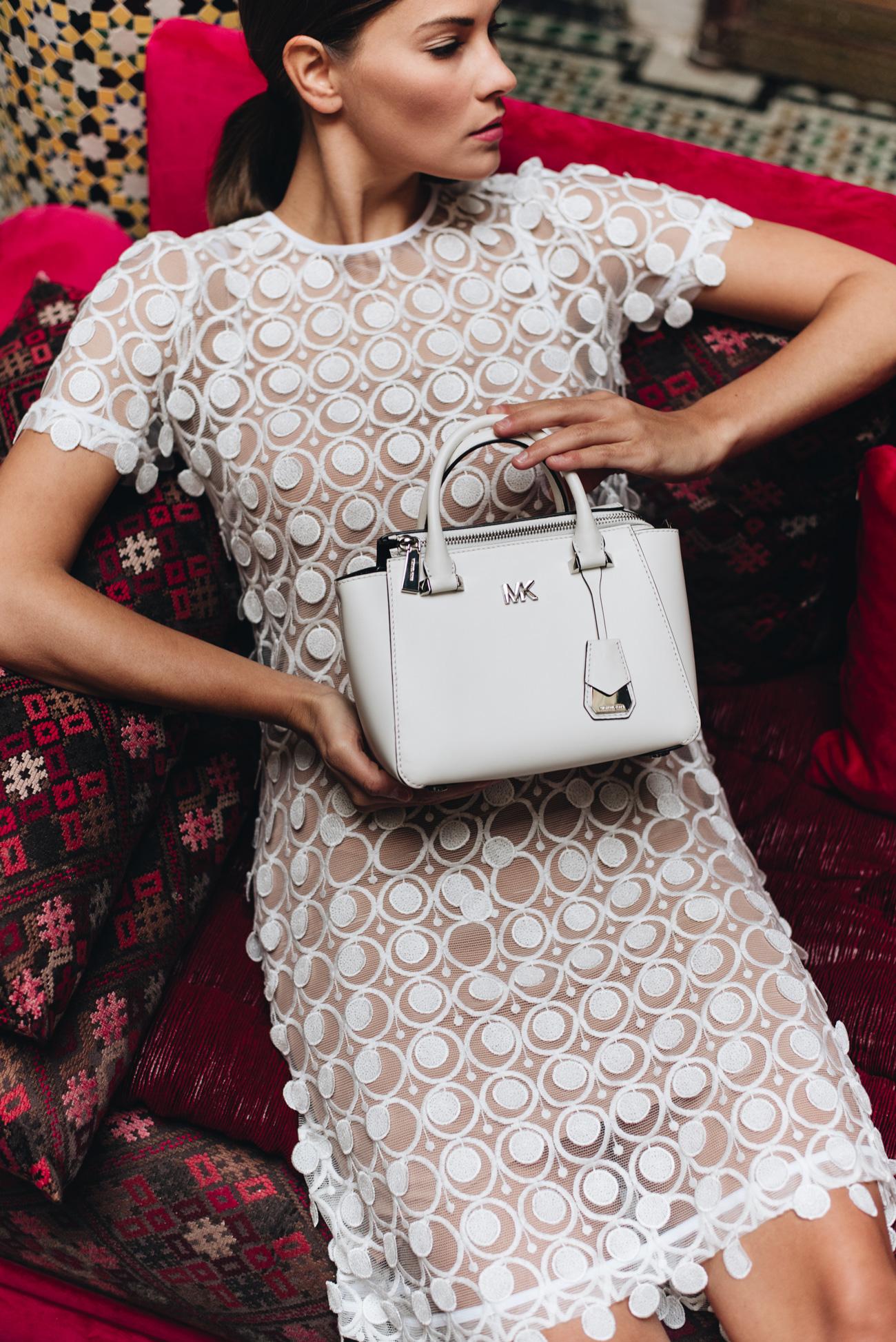 Spitzenkleid-weißes-sommerkleid-michael-kors-nolita-handtasche-weiß-nina-schwichtenberg-fashiioncarpet