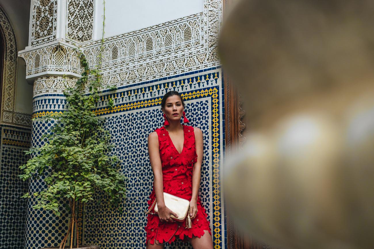 goldene-Umhängetasche-GINNY-michael-kors-rotes-blumenkleid-nina-schwichtenberg-fashiioncarpet