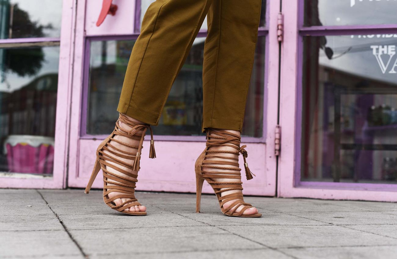 Sandaletten und Khaki Stoffhose