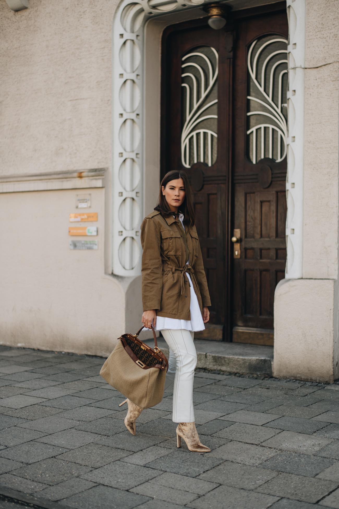Bloggerin Nina Schwichtenberg trägt eine Fendi Peekaboo Handtasche, Samt Stiefeletten Parka Jacke