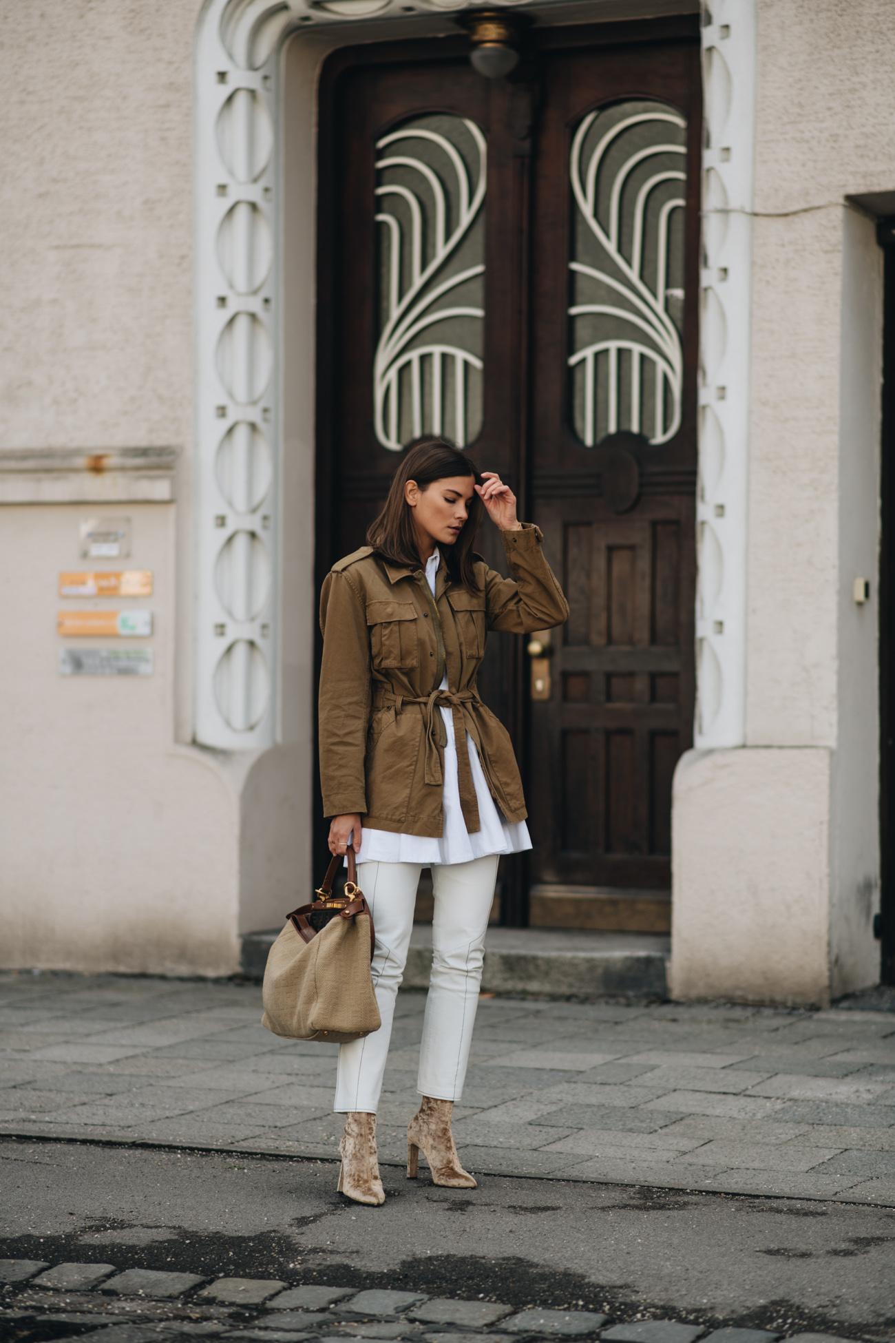 Nina Schwichtenberg Streetstyle mit Parka Jacke weißer Lederhose und Bluse