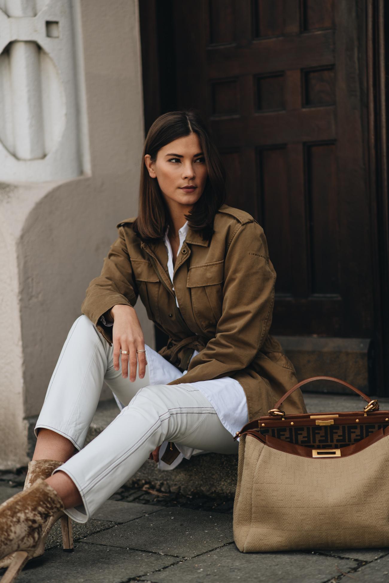 Nina Schwichtenberg trägt Frühlingsoutfit mit Parka und weißer lederhose