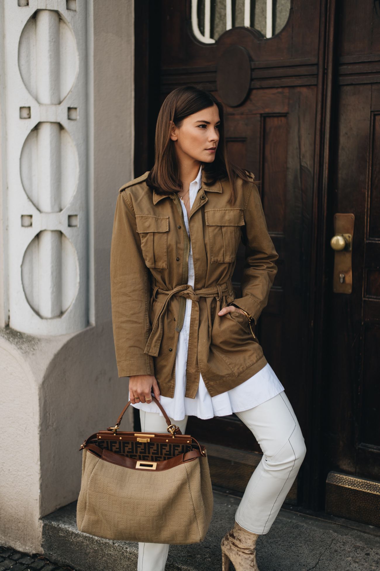 Nina Schwichtenberg trägt Frühlingsoutfit mit Parka, weißer lederhose und Fendi Peekaboo
