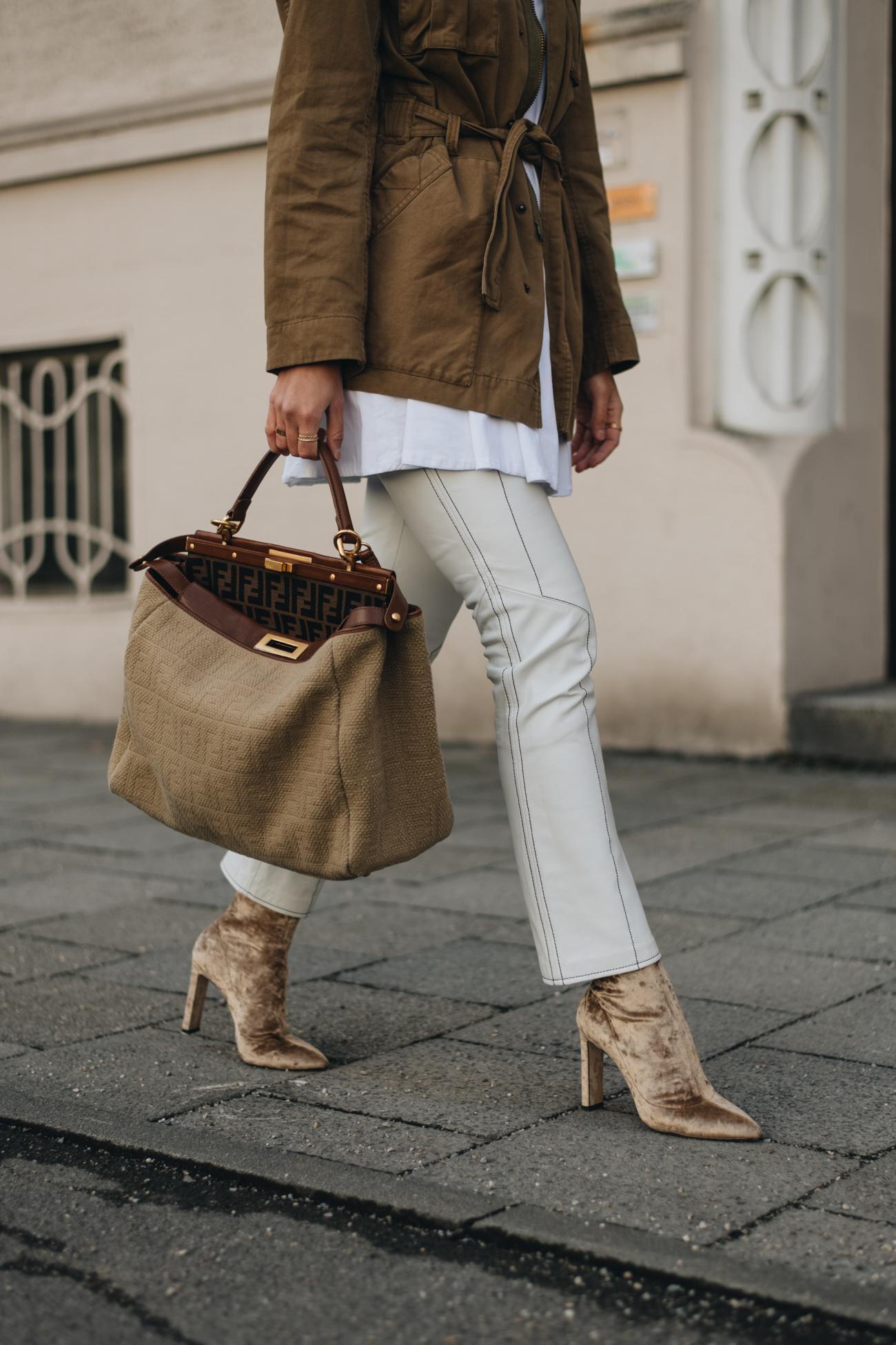 Nina Schwichtenberg Streetstyle mit Parka Jacke, Samt Stiefeletten und weißer lederhose