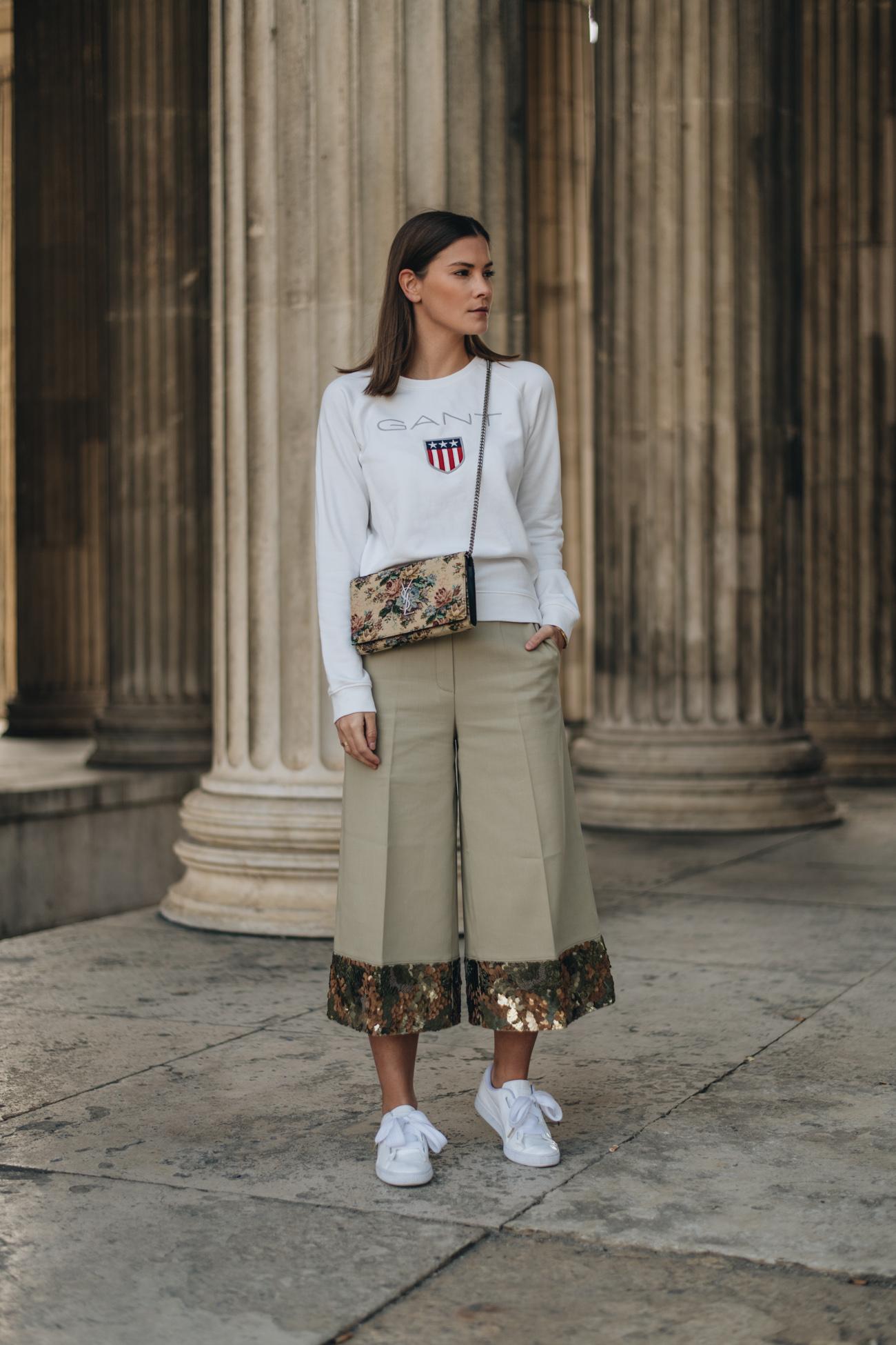 Styling Tipps um eine Culotte im Alltag sportlich zu kombinieren mit weißen Senkern und Sweatershirt