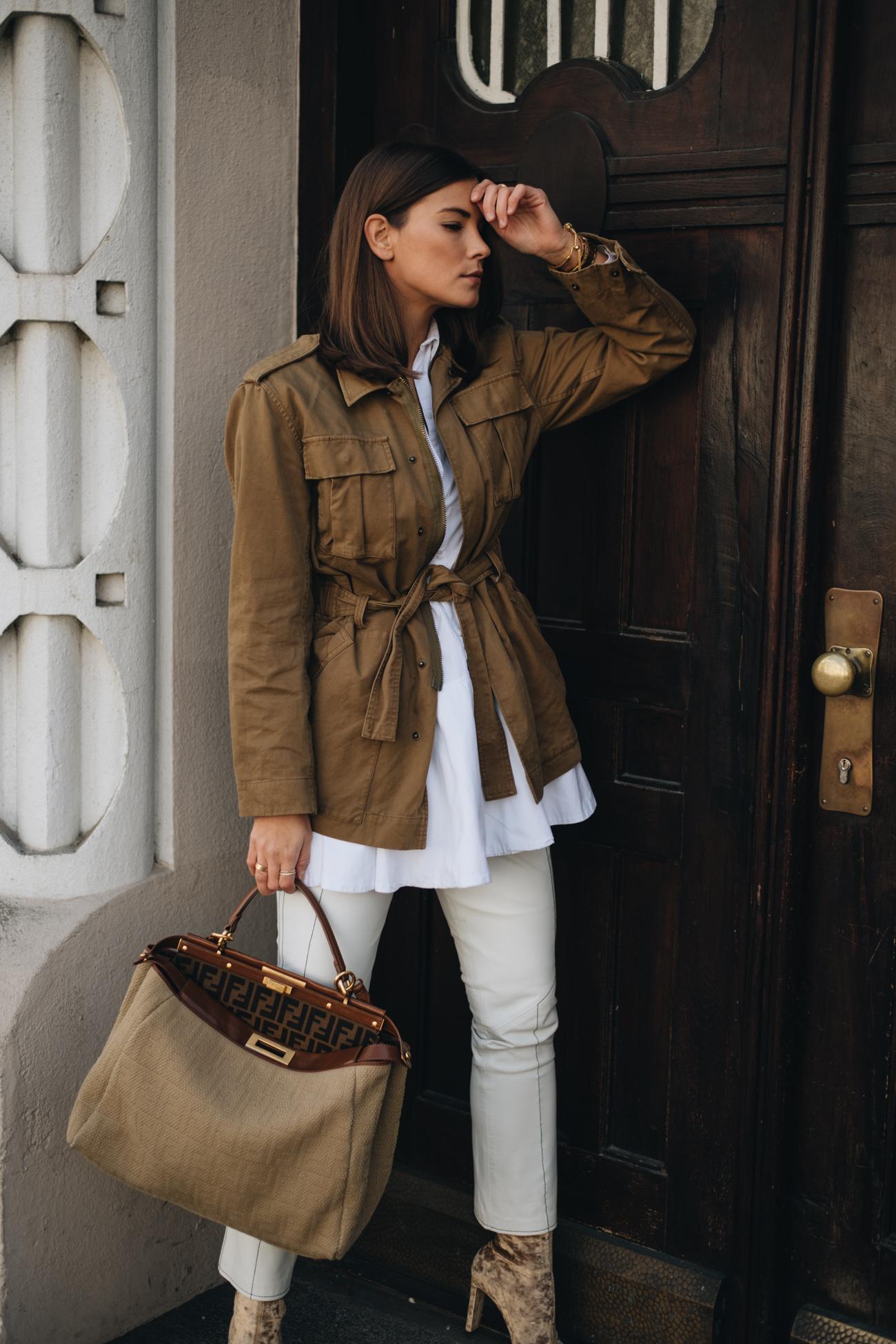 Nina Schwichtenberg trägt Frühlingsoutfit mit Parka, weißer lederhose und Fendi Peekaboo handtasche