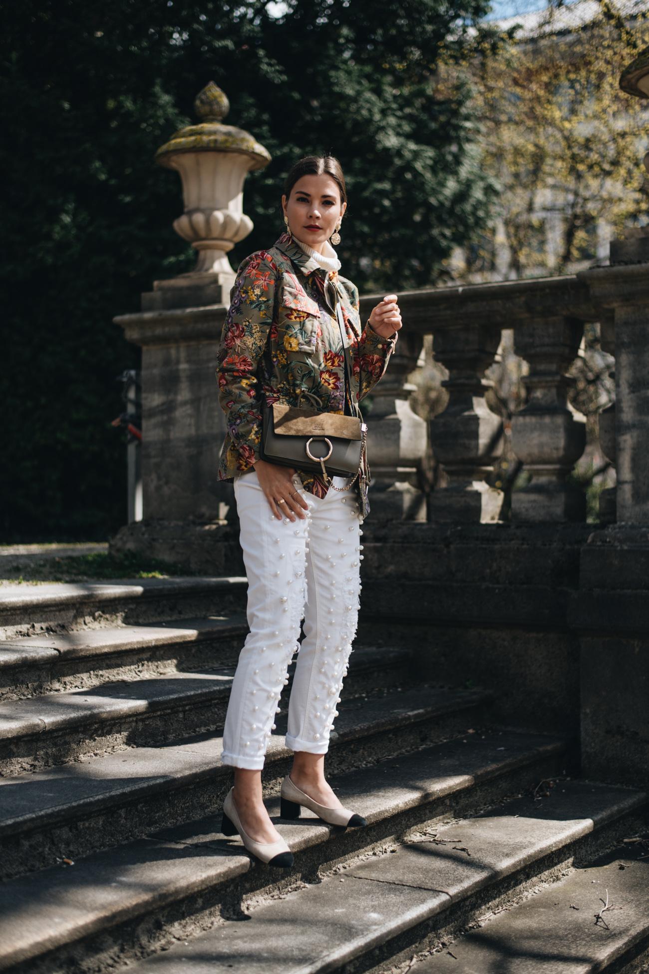 Chloé Faye Handtasche und weiße Jeans mit Perlen