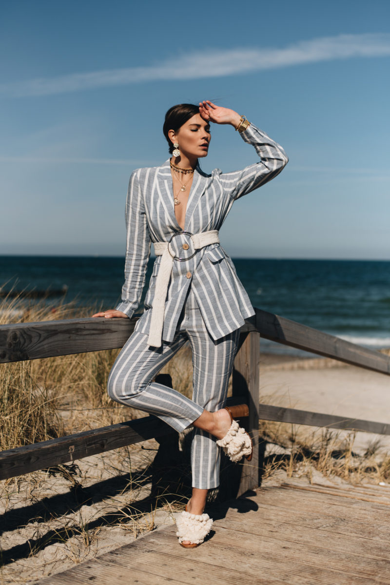 Outfit: Gestreifter Leinen Hosenanzug mit Ketten Layering & Pom Pom Sandalen