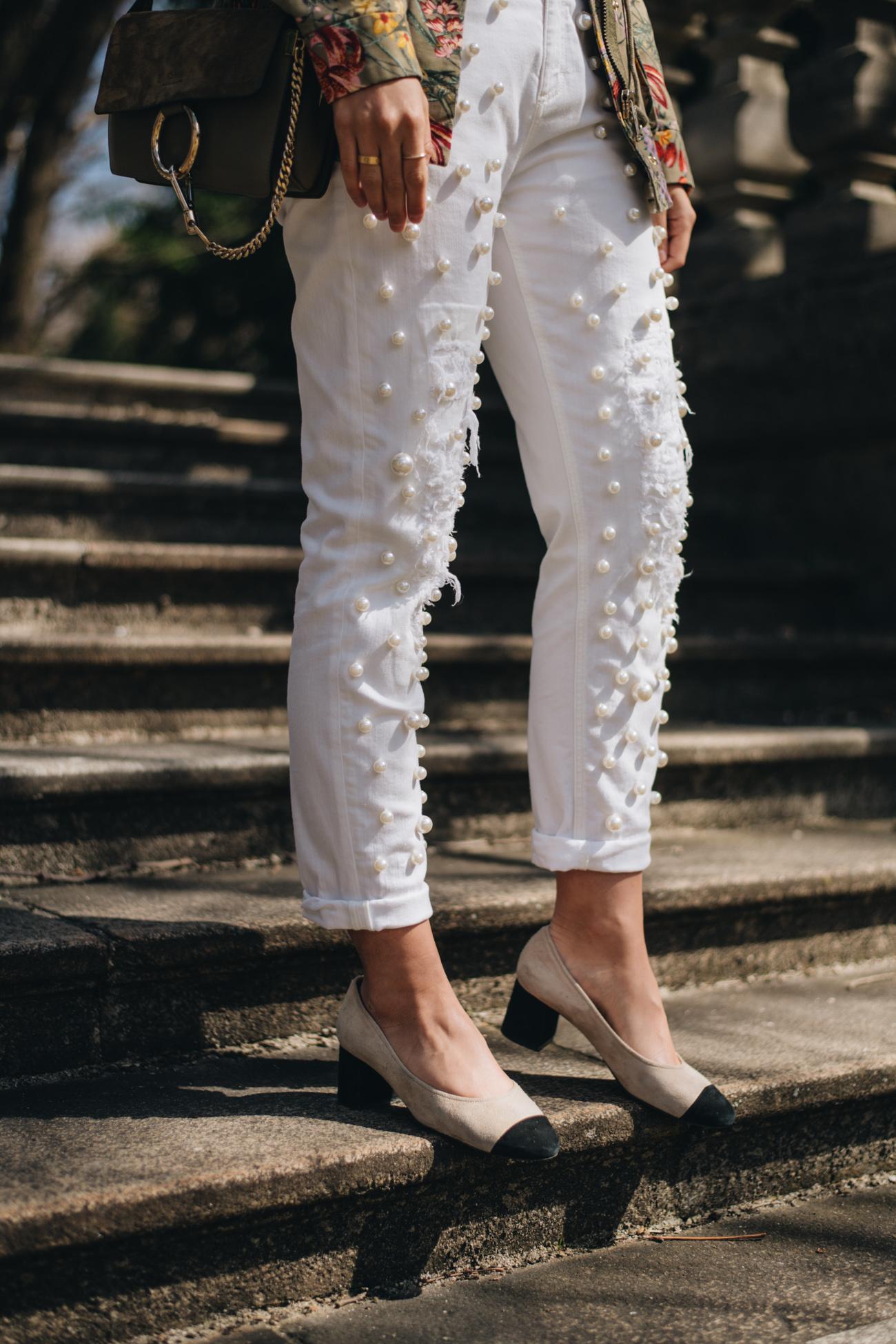 weiße Jeanshose mit Perlen und Two Tone Pumps